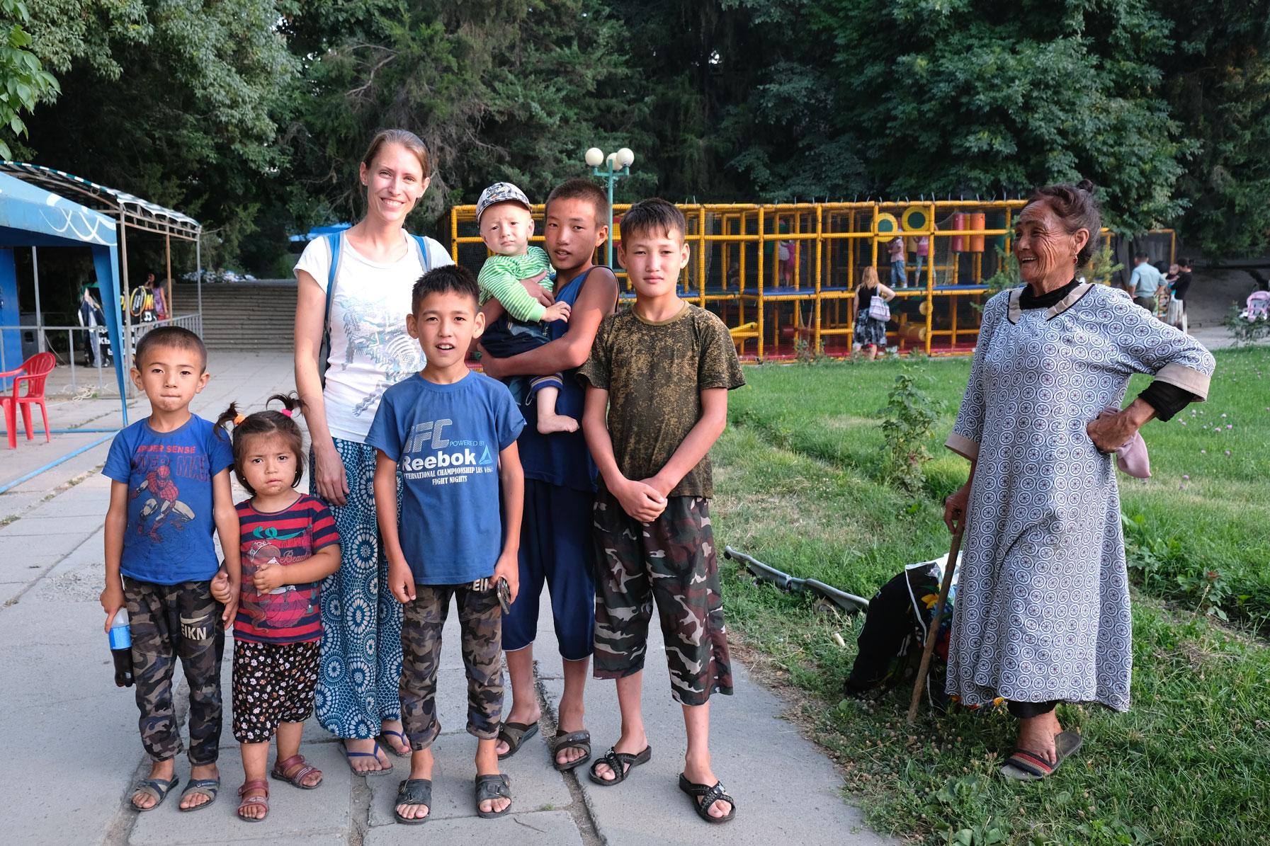 Leo mit einer kirgisischen Familie in einem Park in Osch.