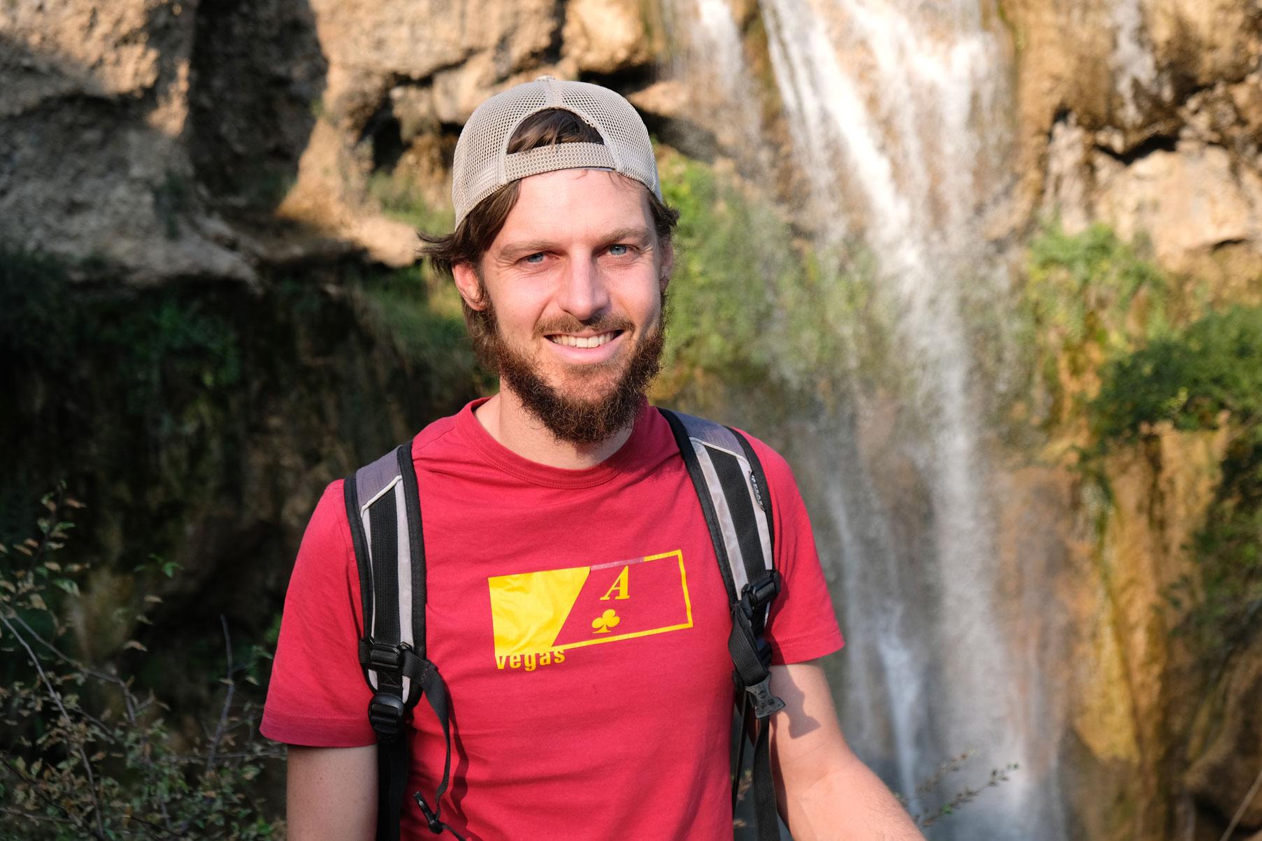 """Sebastian vor dem """"Kleinen Wasserfall"""" in Arslanbob."""
