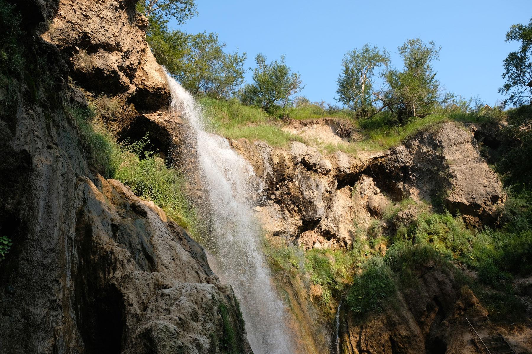 """Der """"Kleine Wasserfall"""" vor einer Felswand."""