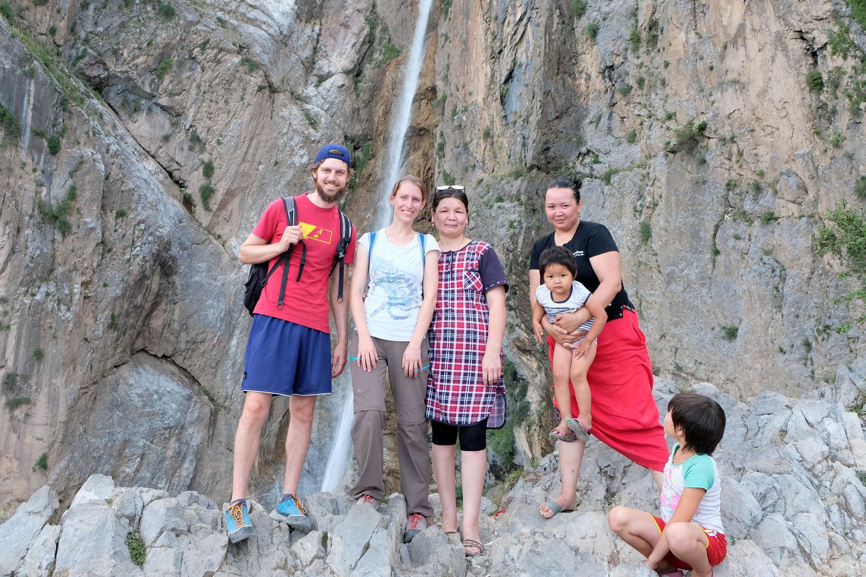 Sebastian und Leo mit kirgisischen Frauen und Kindern vor dem großen Wasserfall in Arslanbob.