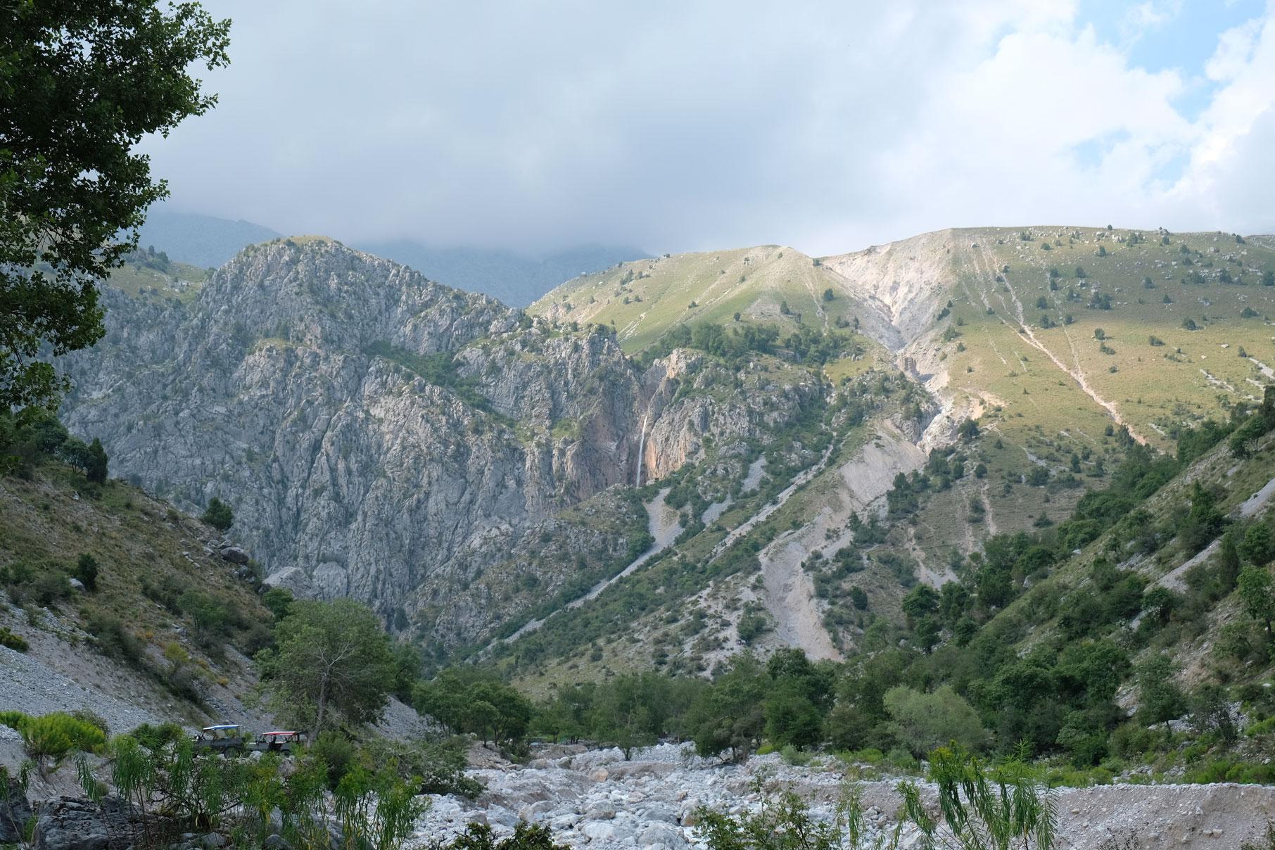 Blick zurück nach dem Abstieg. In der Bildmitte erkennt man den Wasserfall.