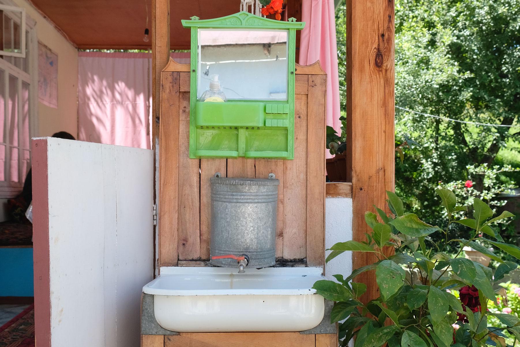 Ein Waschbecken im Freien.