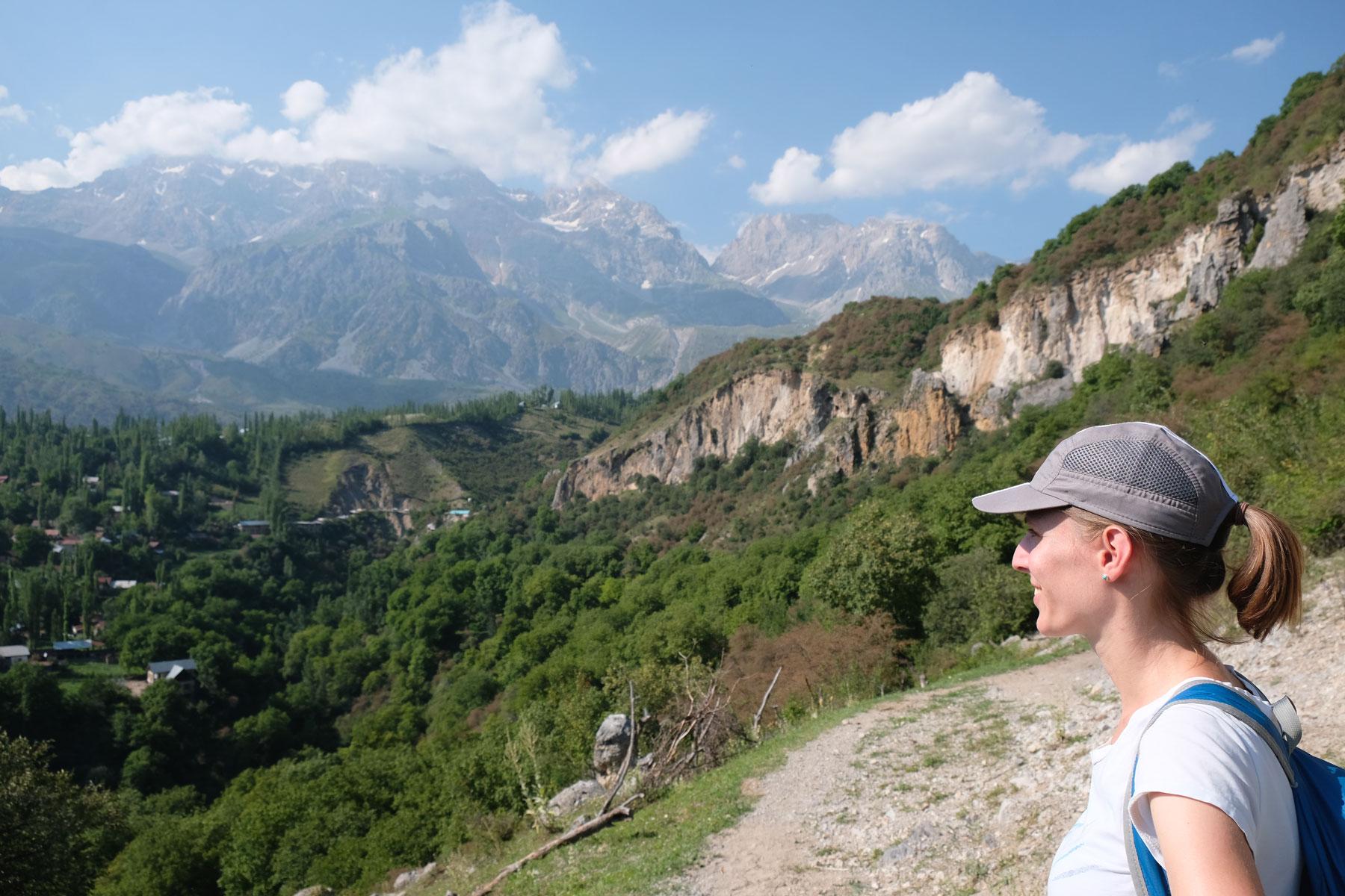 Leo blickt auf ein Bergpanorama.
