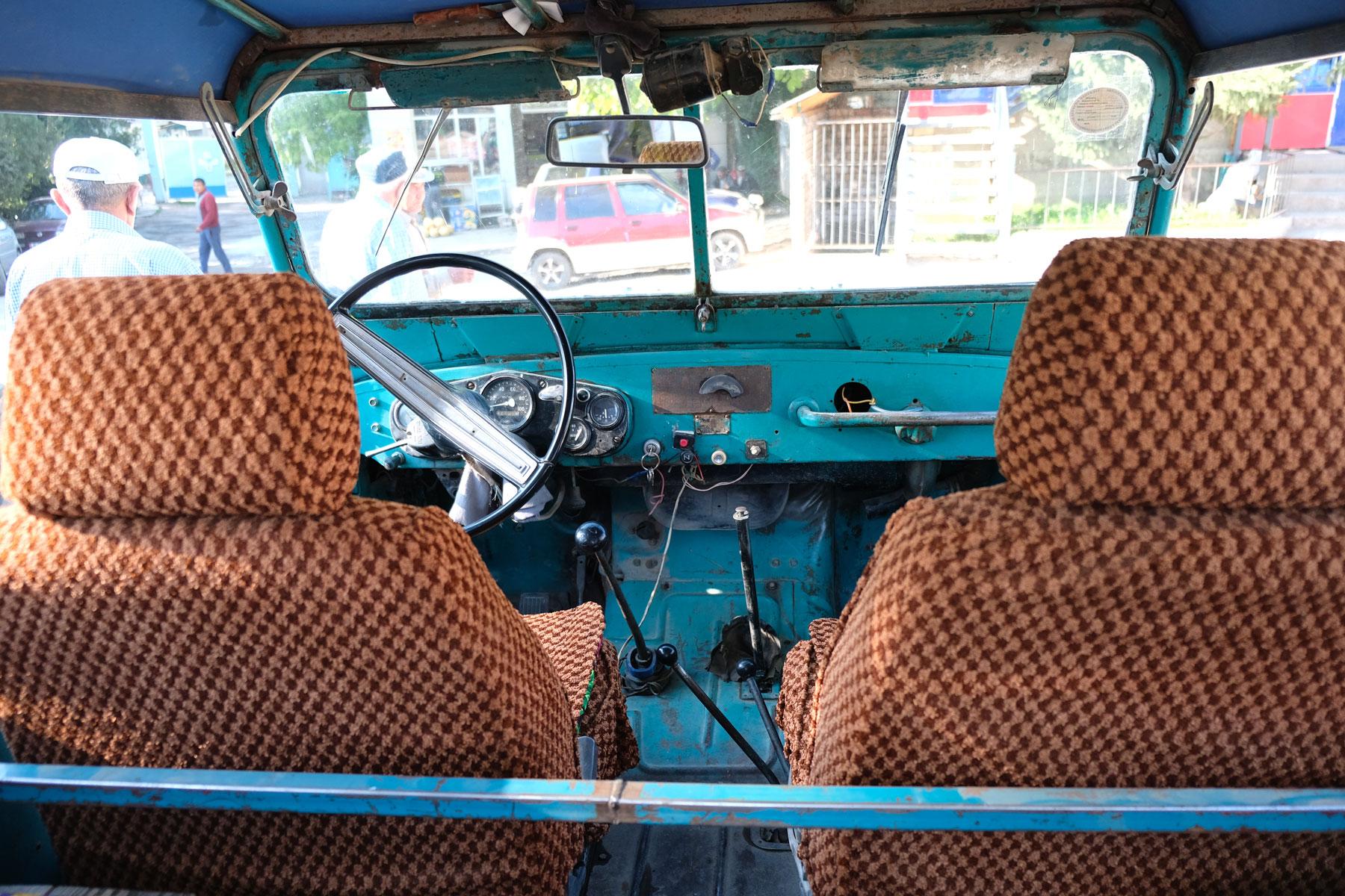 Fahrersitz und Konsole eines alten Geländewagens.
