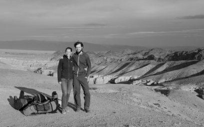 Leo und Sebastian vor dem Charyn Canyon in Kasachstan.