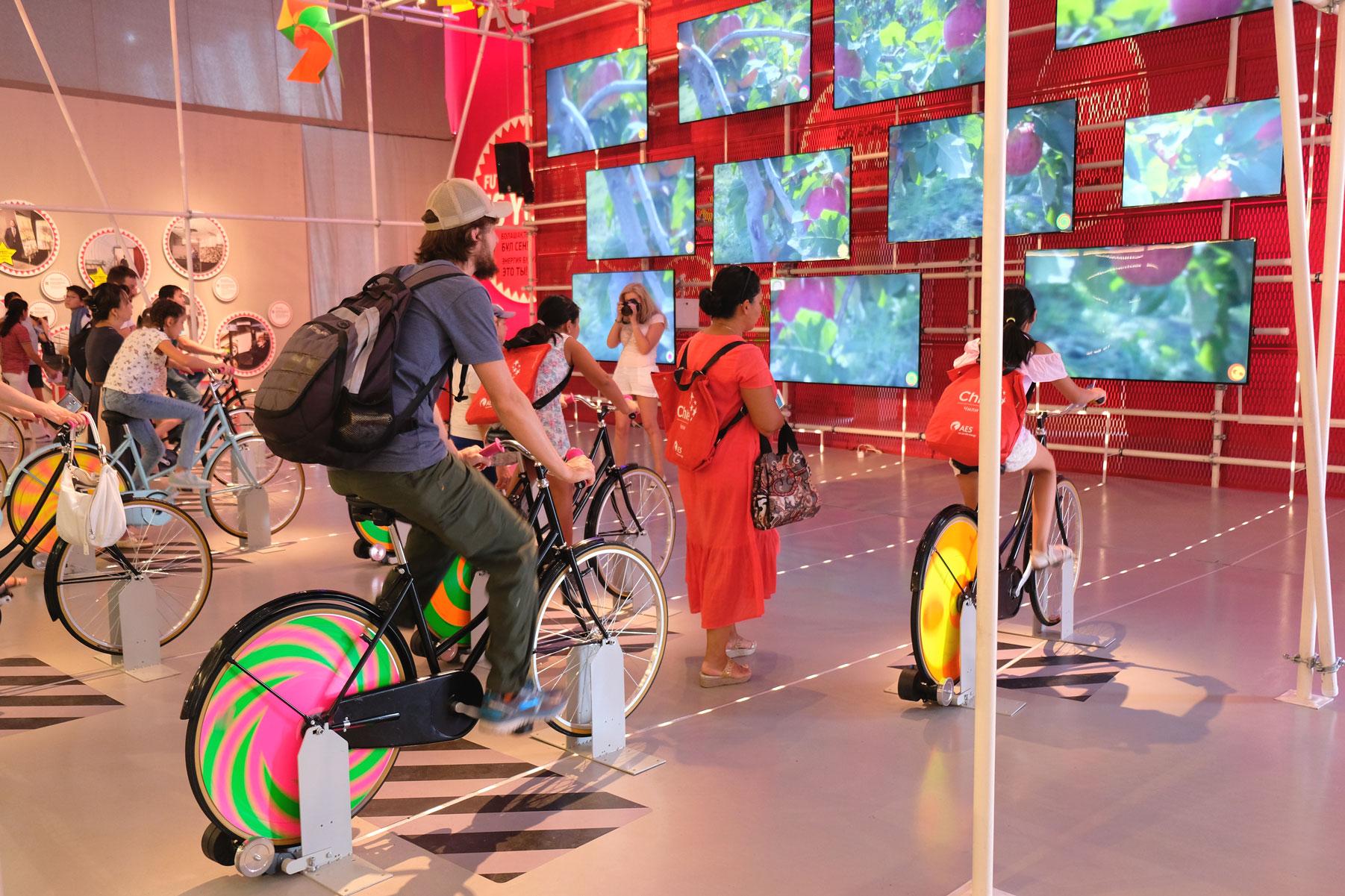 Sebastian fährt Fahrrad auf der Exo 2017 in Astana in Kasachstan.