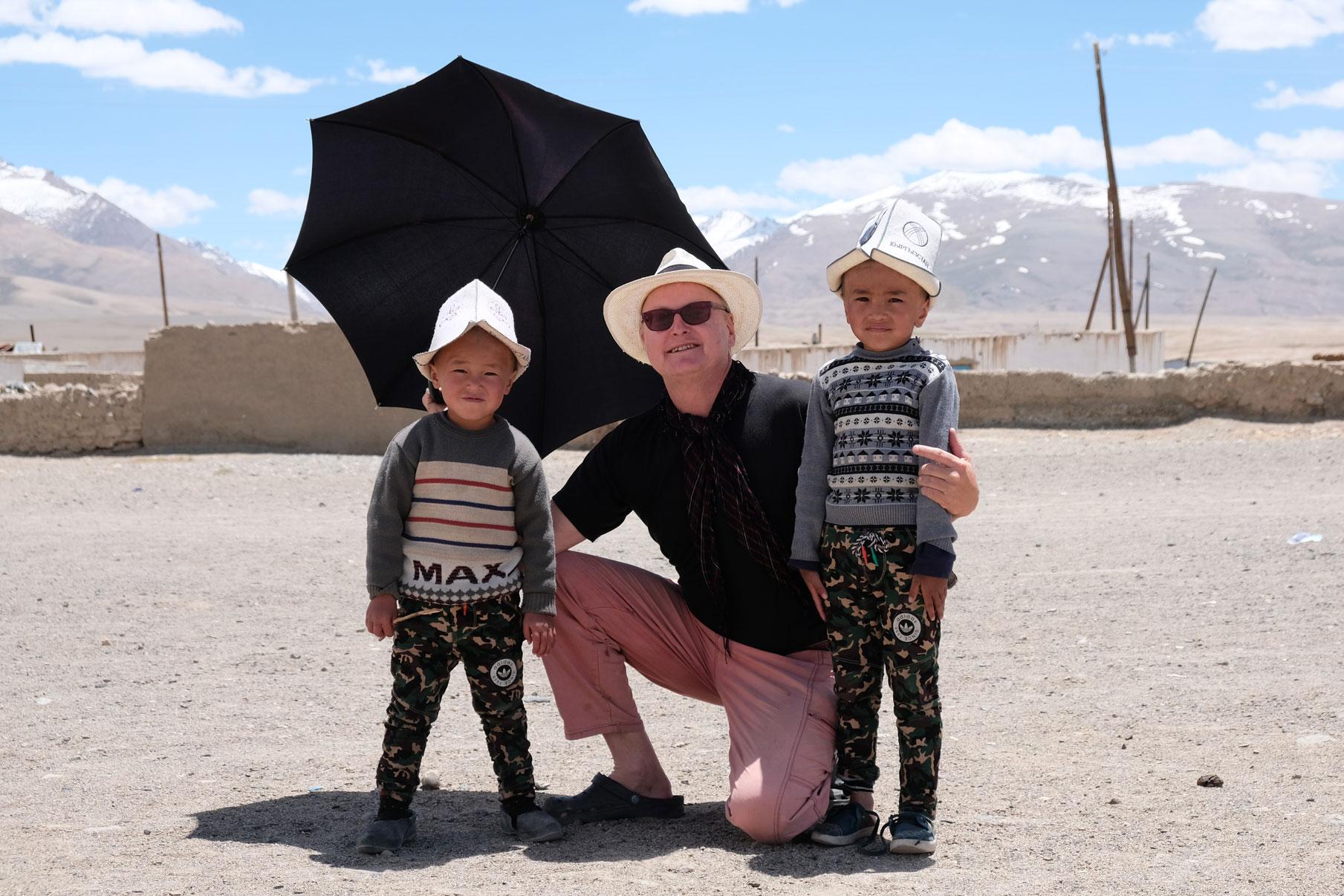 Thomas mit zwei kirgiesischen Jungen in Alichur.