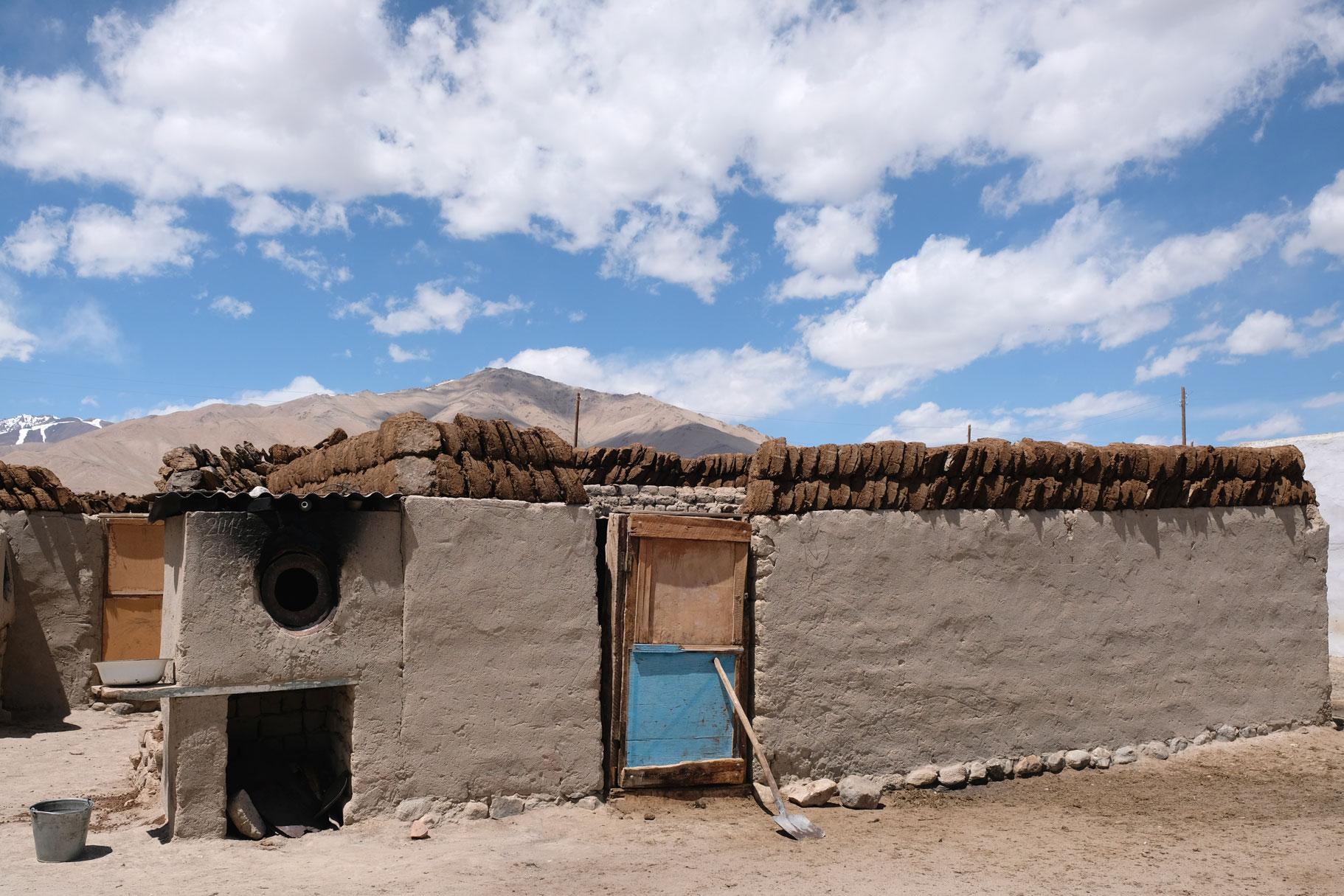 Hausdach in Alichur, auf dem Kuhdung zum Trocknen ausgelegt wurde.