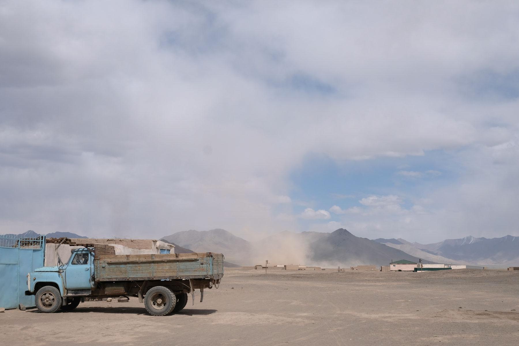 Ein Sandsturm über Rankul auf dem Pamir Highway.