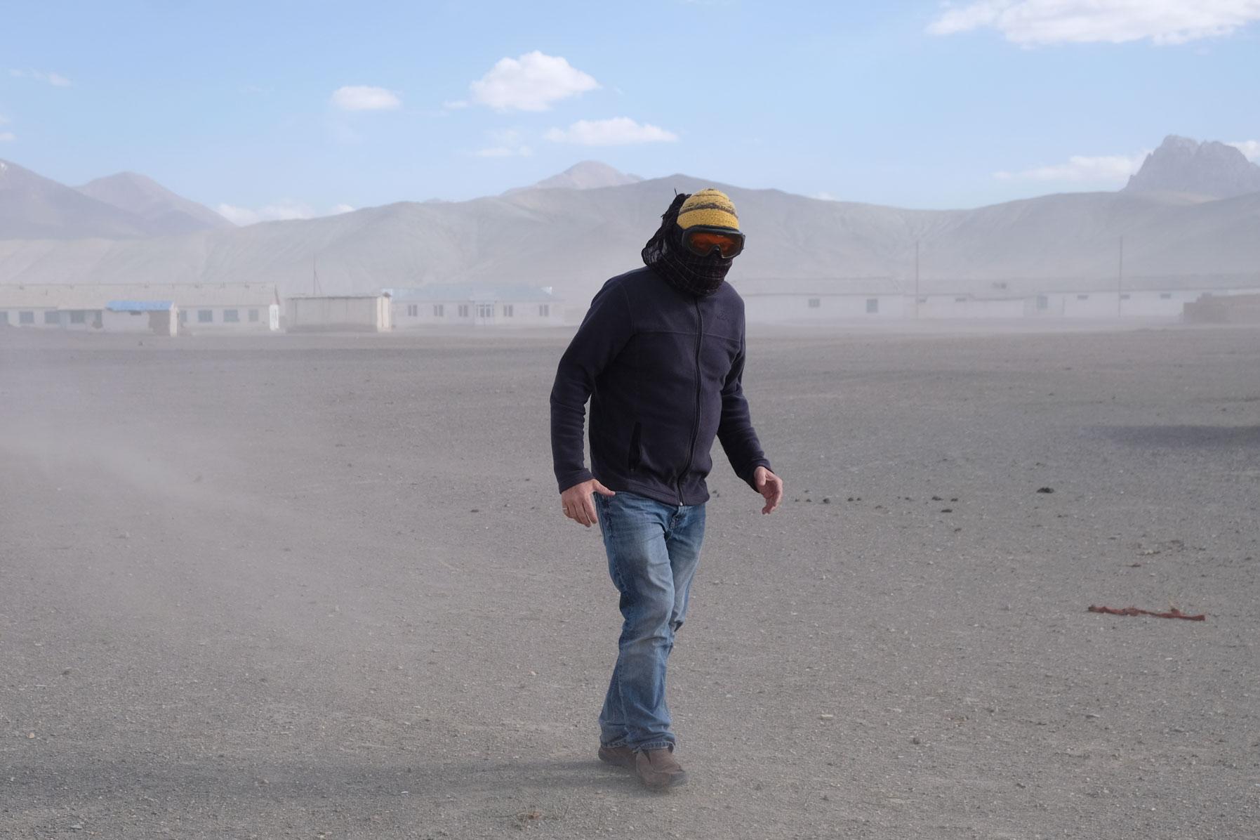 Ein vermummter Mann im Sandstrum in Rangkul.