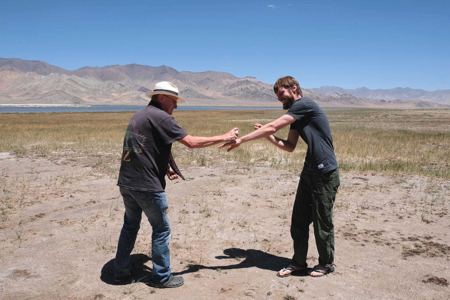 Thomas besprüht Sebastians Arm mit Mückenschutzmittel.