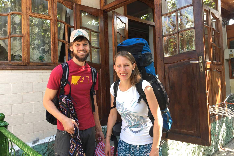 Sebastian und Leo mit Gepäck vor einer Eingangstüre.