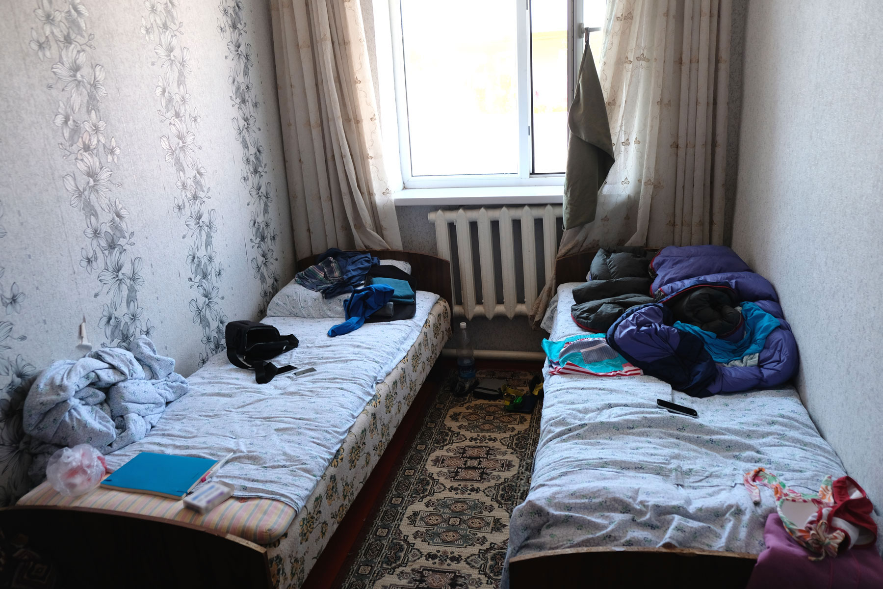 Zwei Betten in einem kleinen Zimmer.