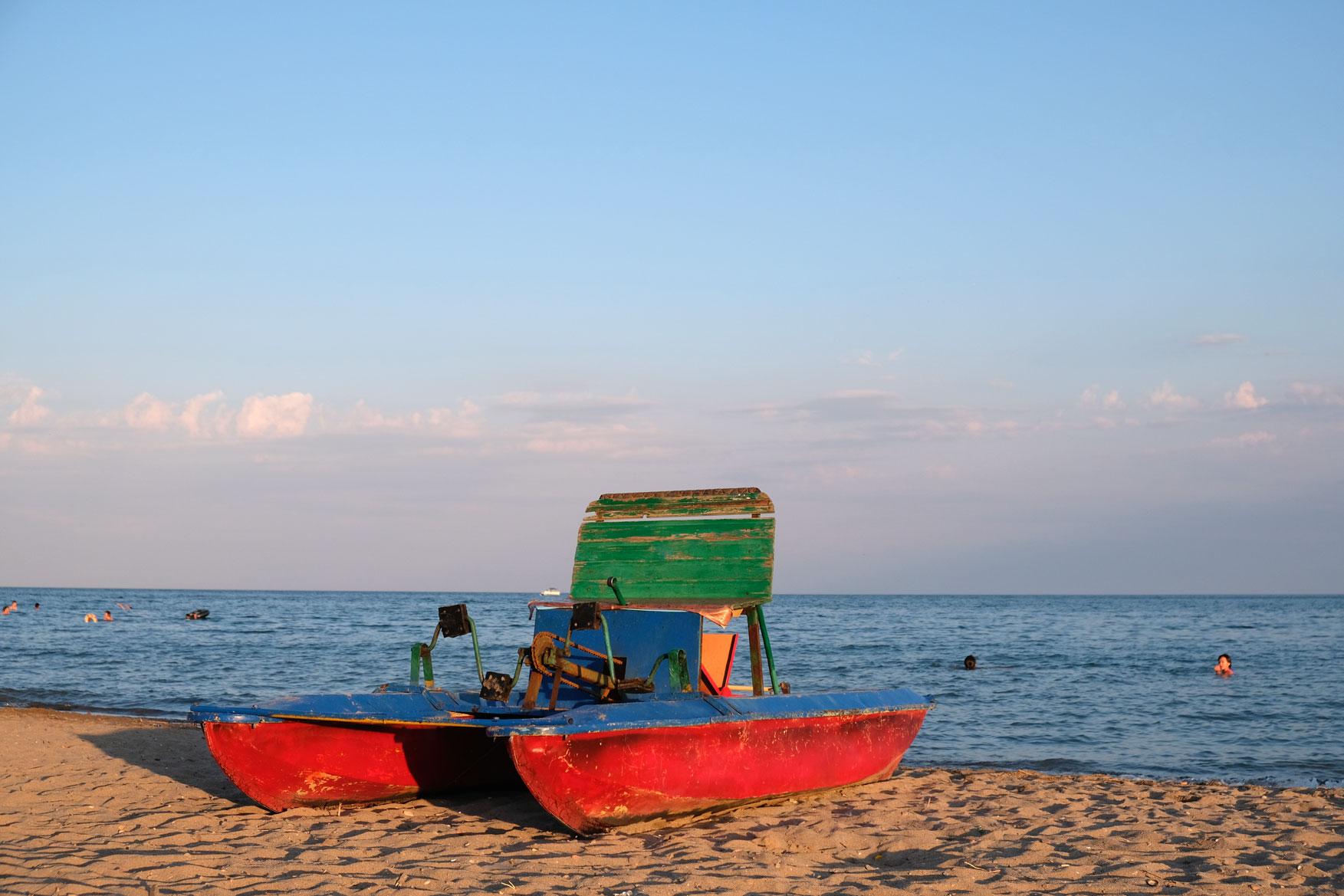 Ein altes Tretboot am Ufer des Issyk-Kul.