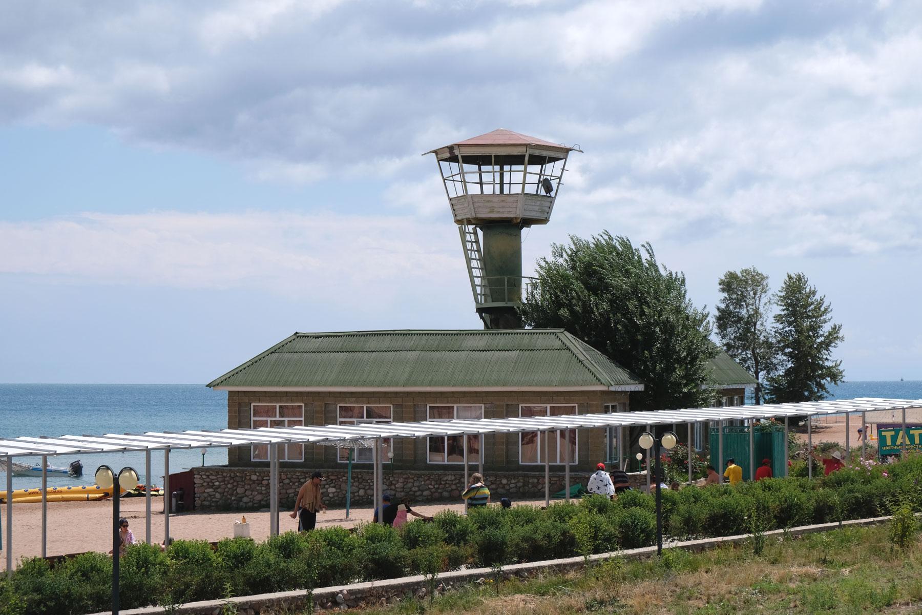 Ein Haus mit einem Aussichtsturm am Ufer des Issyk-Kul.