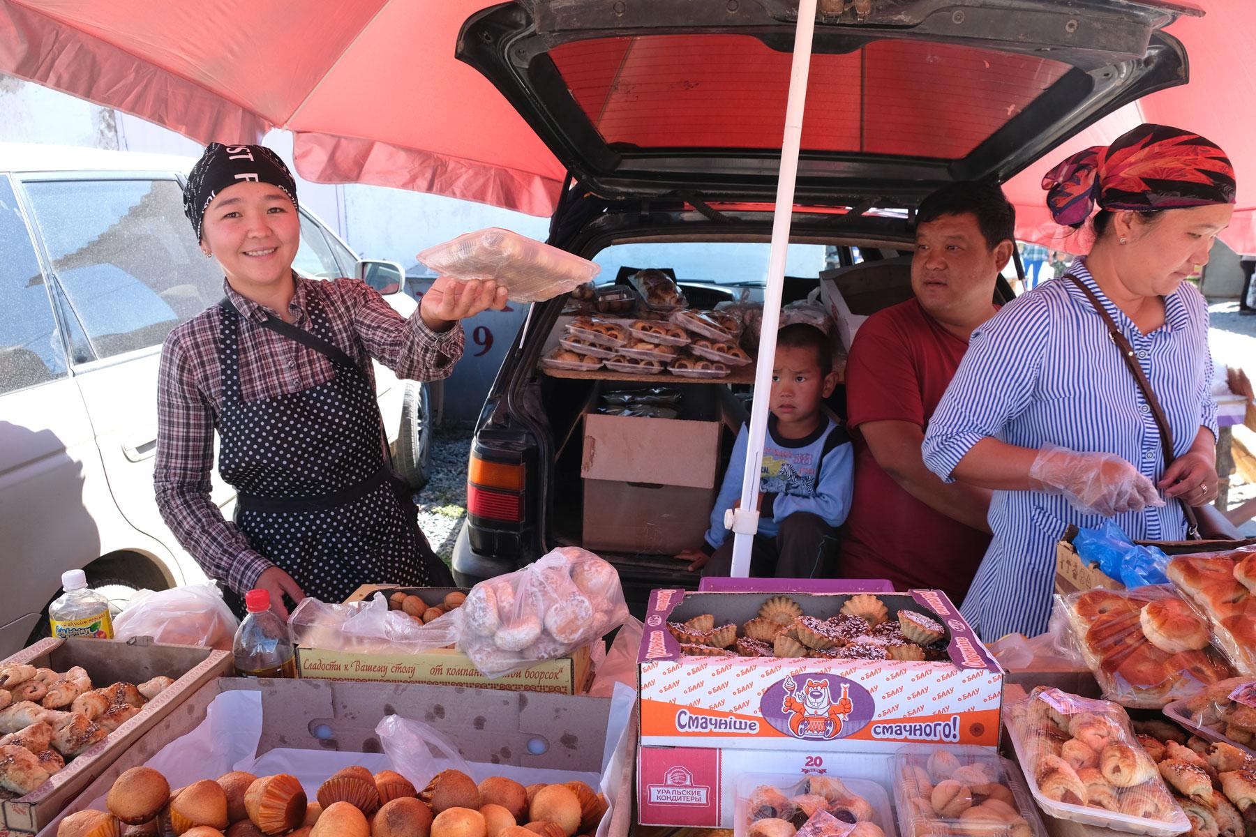 An einem Marktstand werden Muffins verkauft.