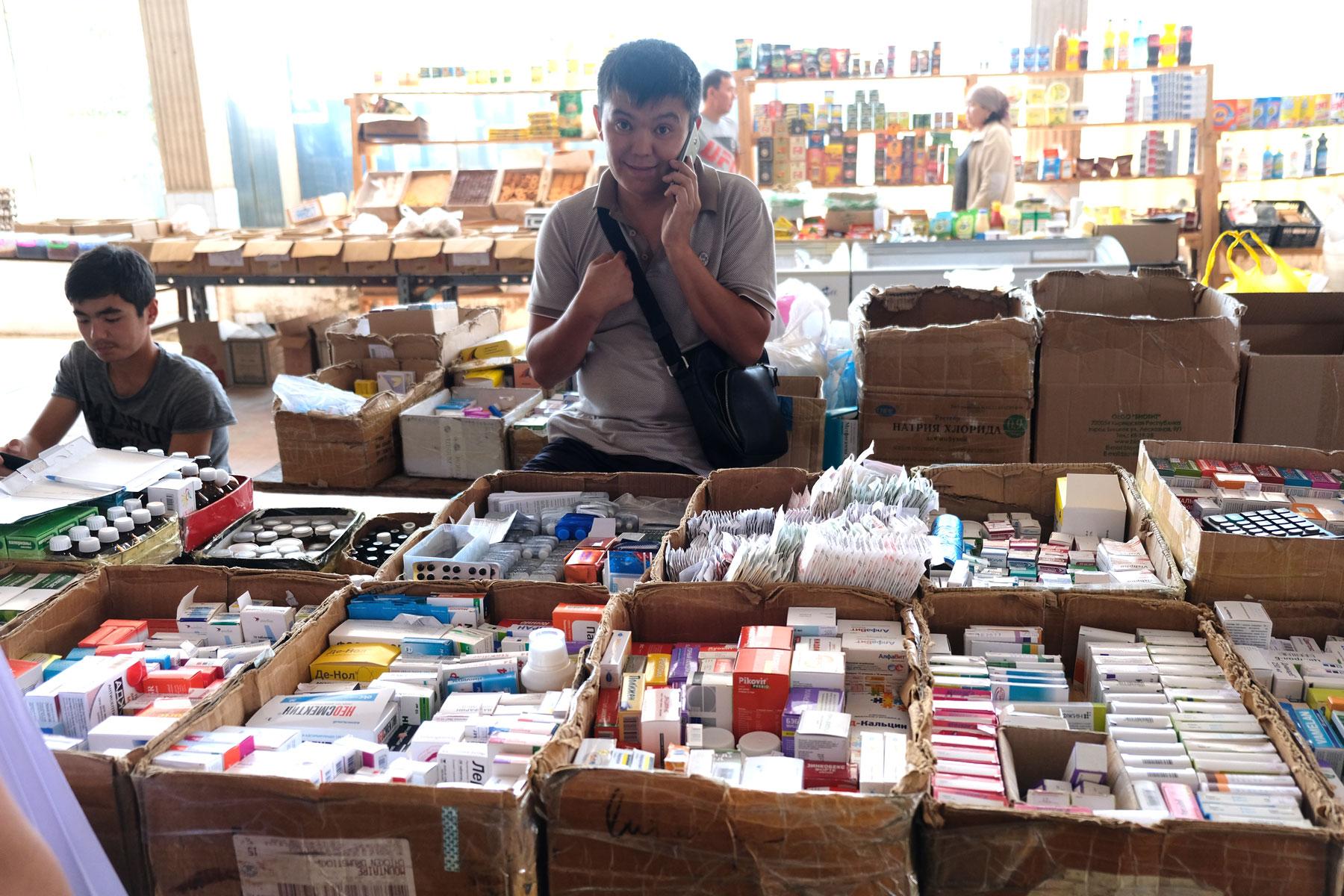 An einem Marktstand werden Medikamente verkauft.