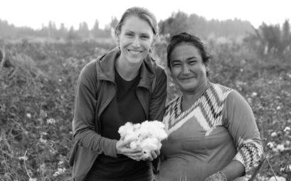Leo neben einer uigurischen Frau Baumwolle in den Händen.