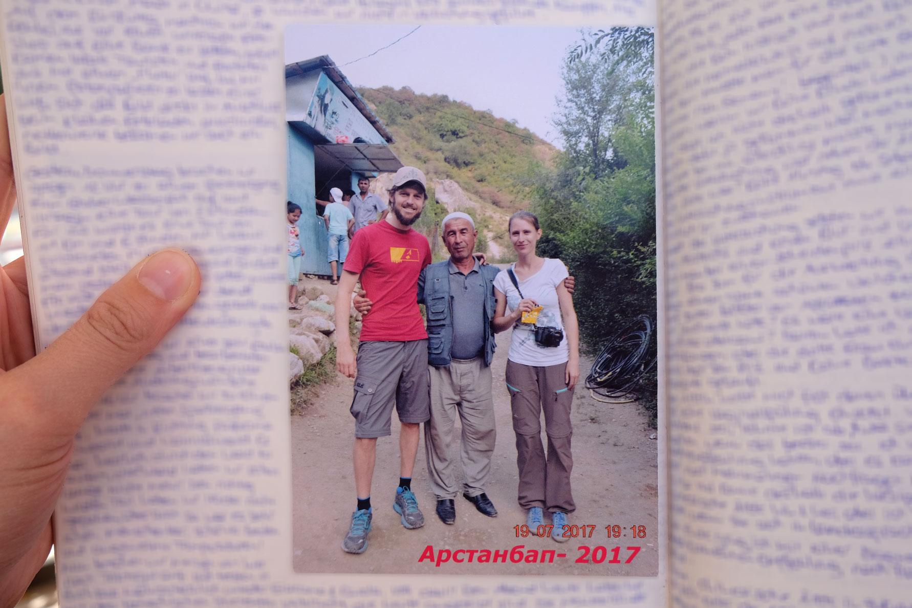 Leo und Sebastian mit einem Kirgisen auf einem in ein Tagebuch eingeklebten Foto.