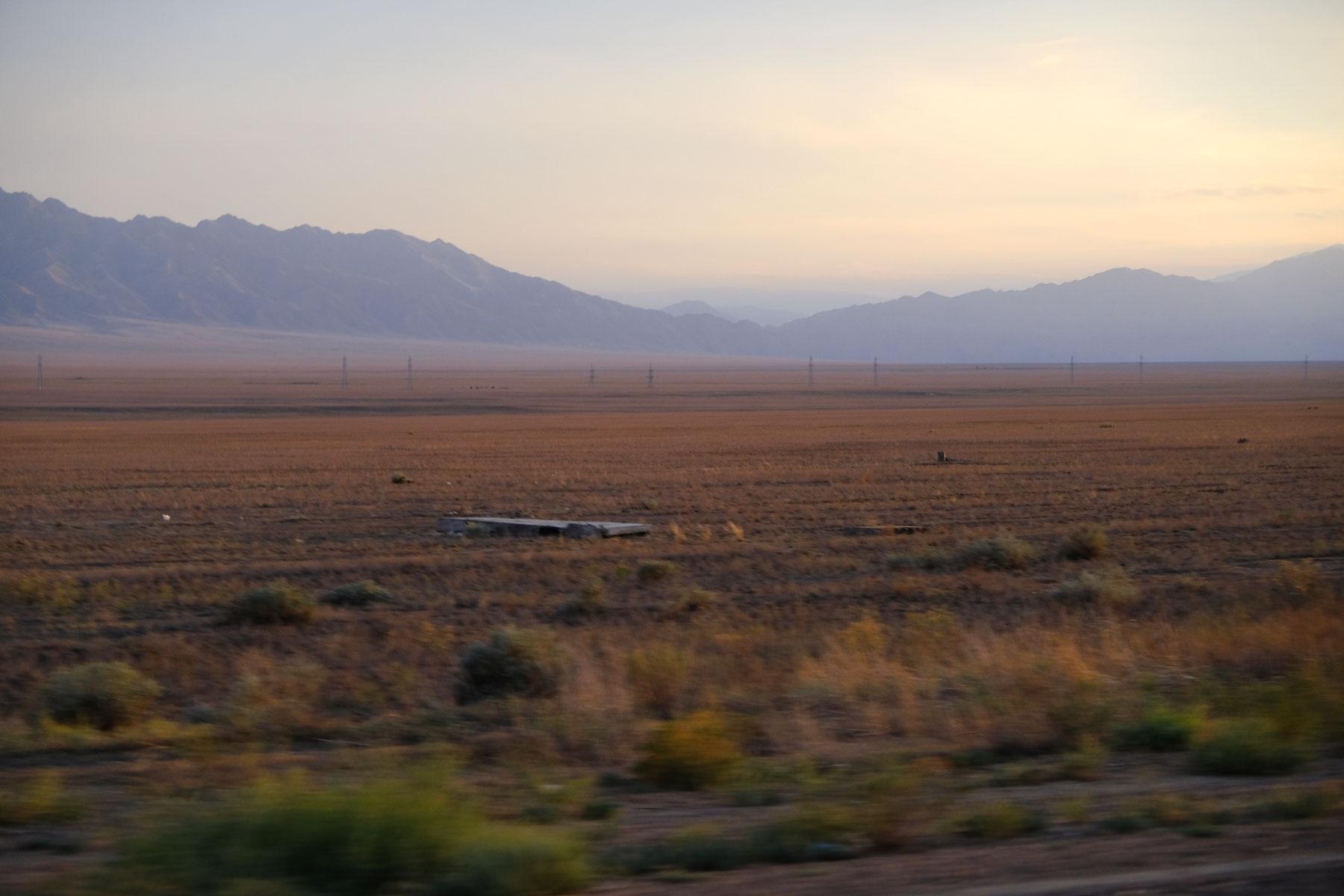 Kurz hinter dem Canyon beginnt die Steppe Kasachstans