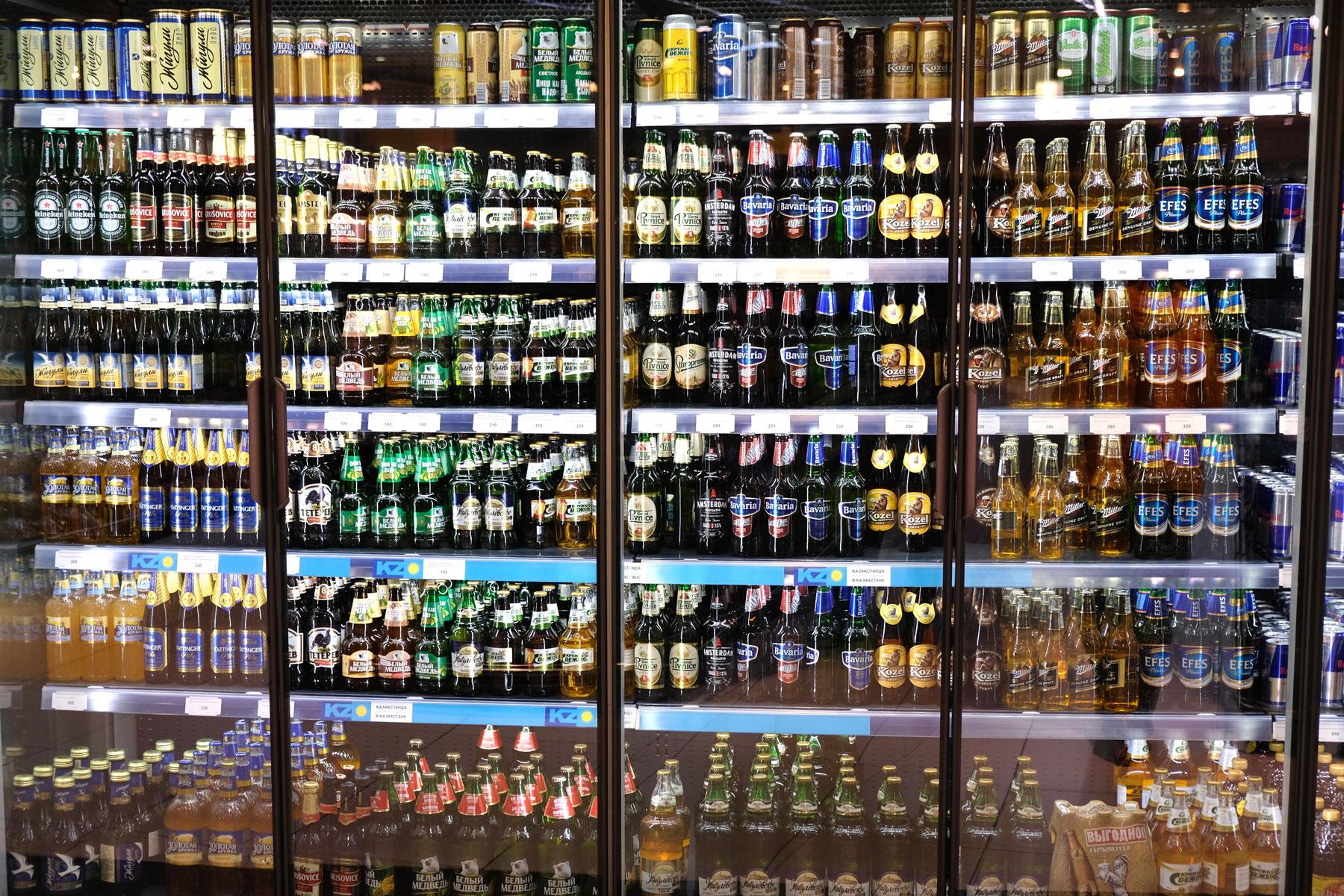 Viele verschiedene Bierflaschen in einem Kühlschrank.
