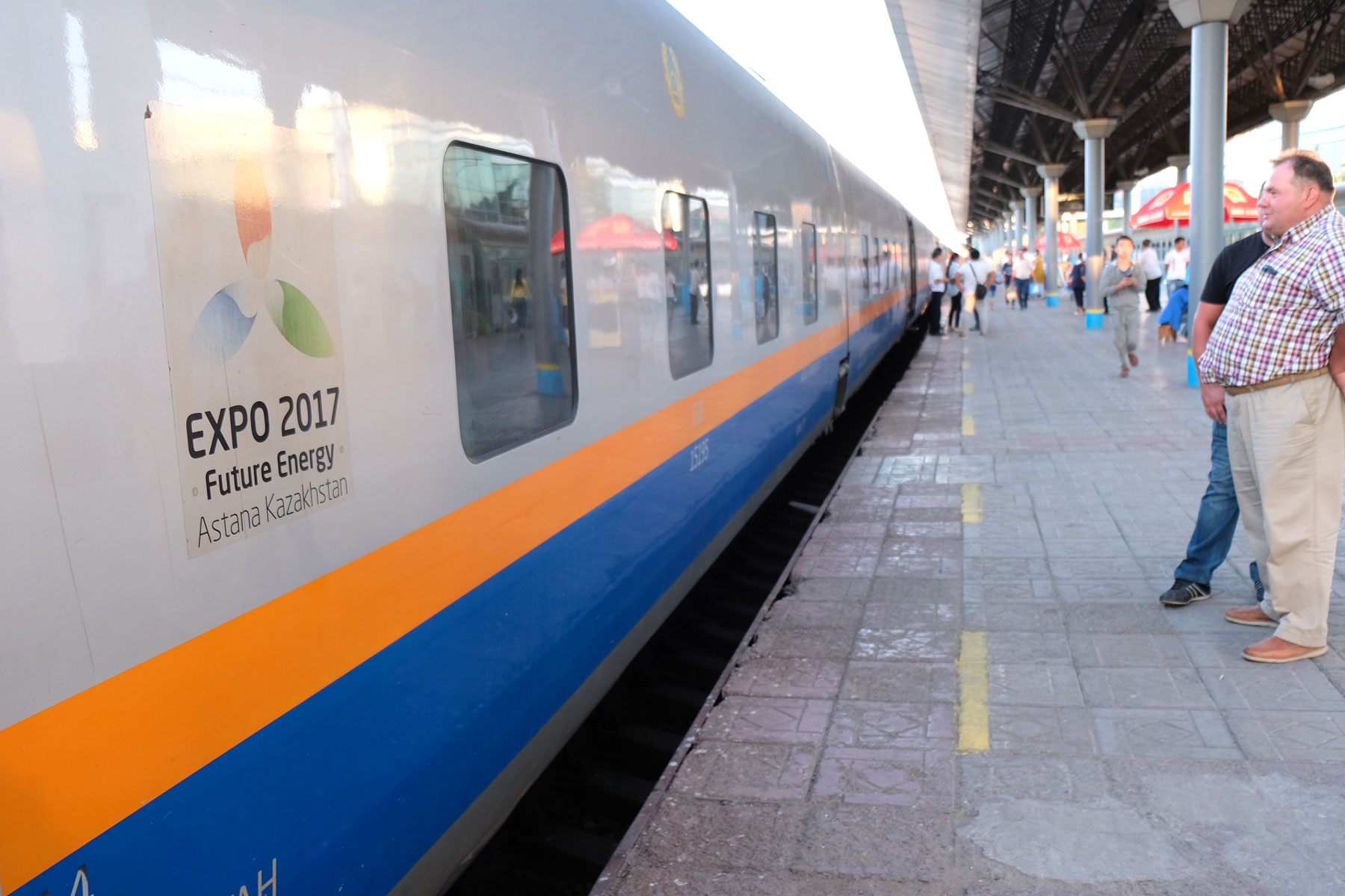"""Ein Zug mit der Aufschrift """"Expo 2017 Future Energy Astana Kasachstan""""."""