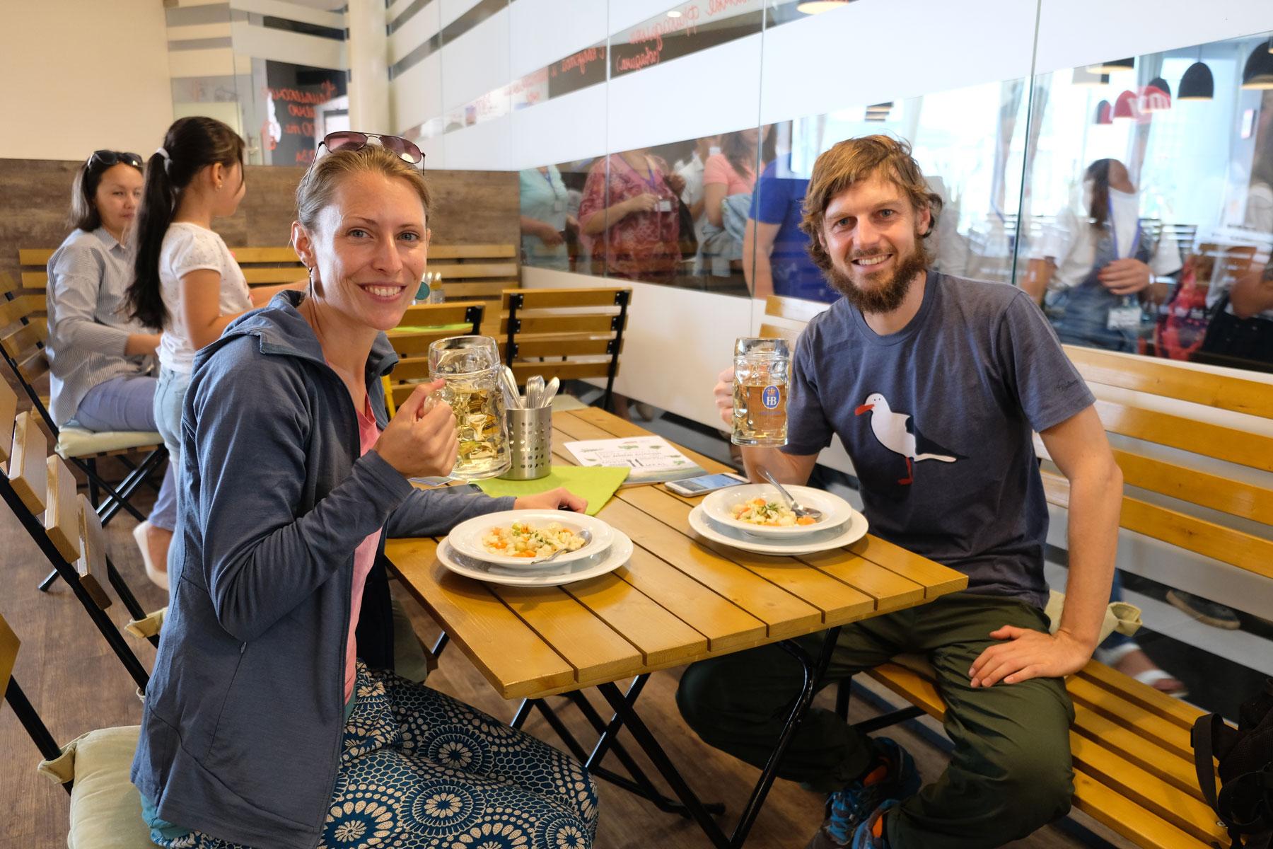 Leo und Sebastian essen deutsches Essen auf der Expo 2017.