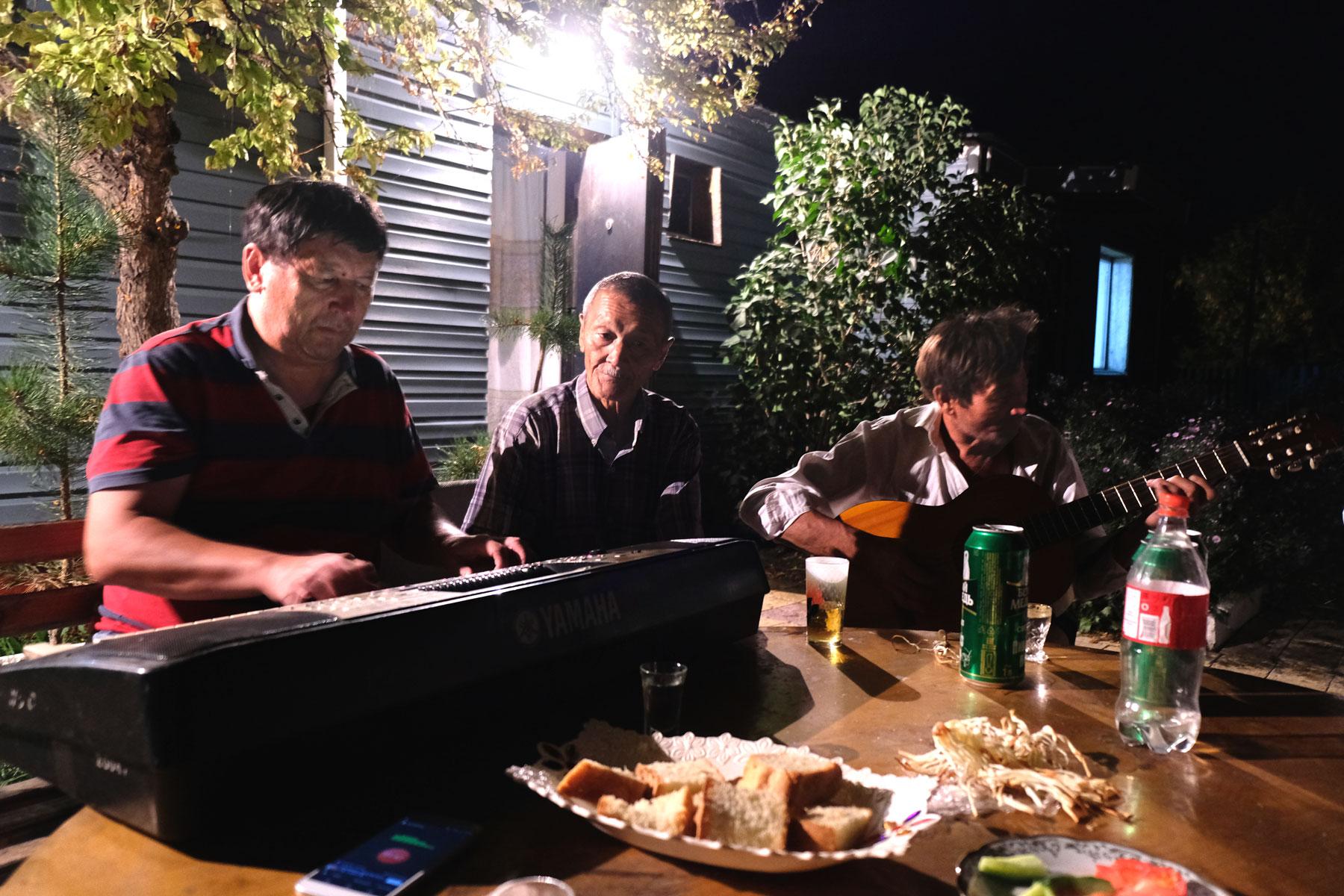 Ein Mann spielt in Korgalzhy Keyboard, ein anderer Mann spielt Gitarre.