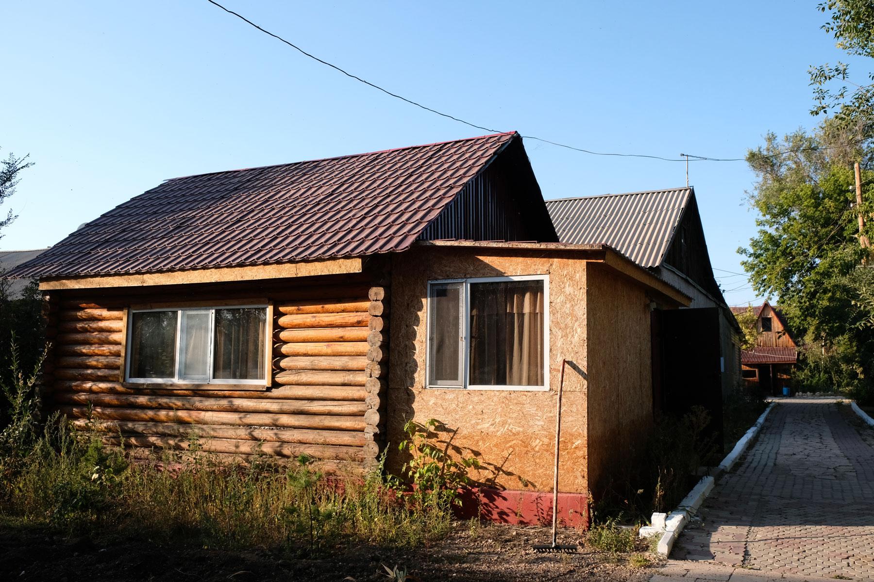 Eine Holzhütte in Korgalzhyn.