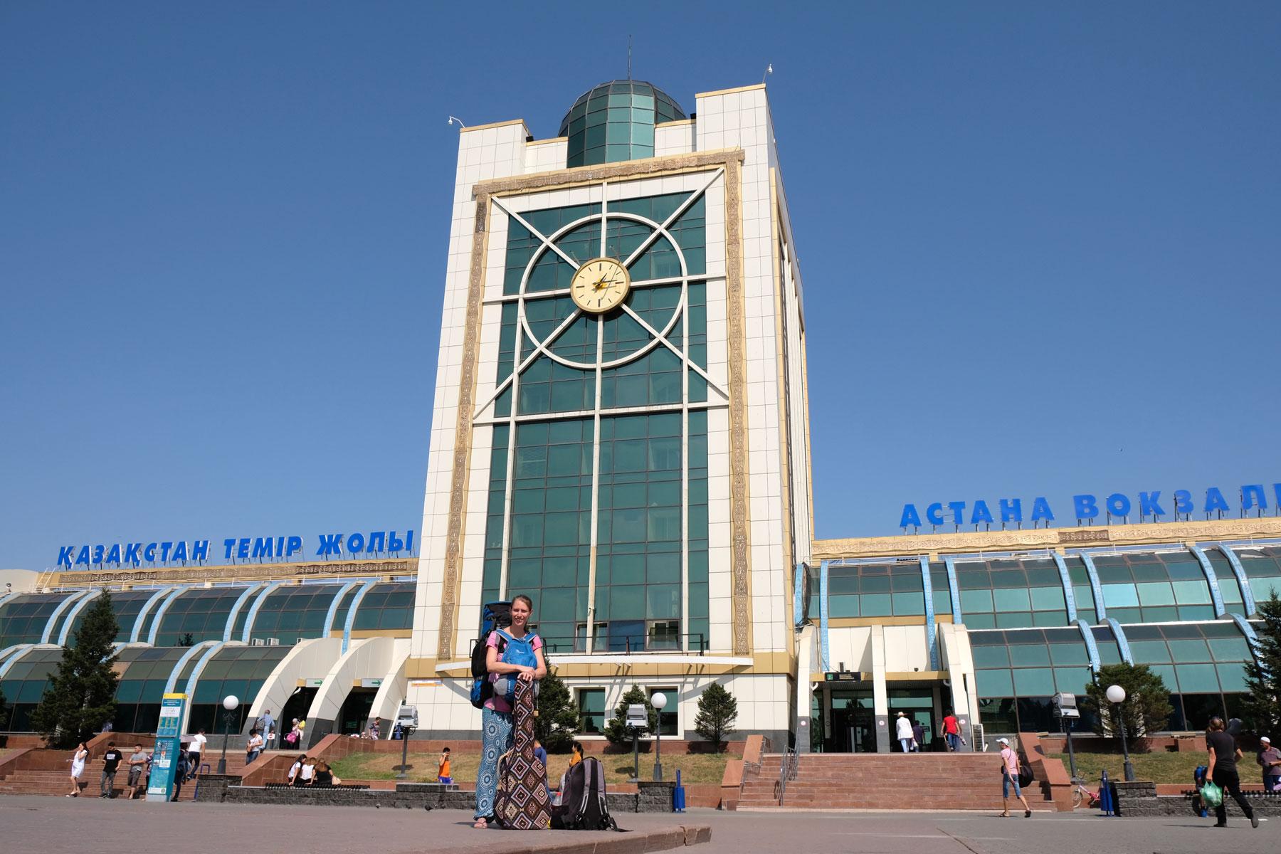 Leo vor dem Hauptbahnhof von Astana.
