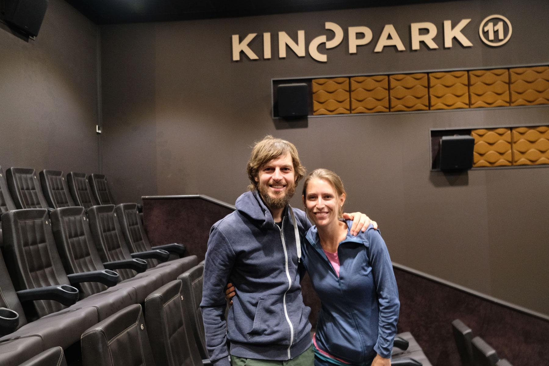 Sebastian und Leo in einem Kinosaal.