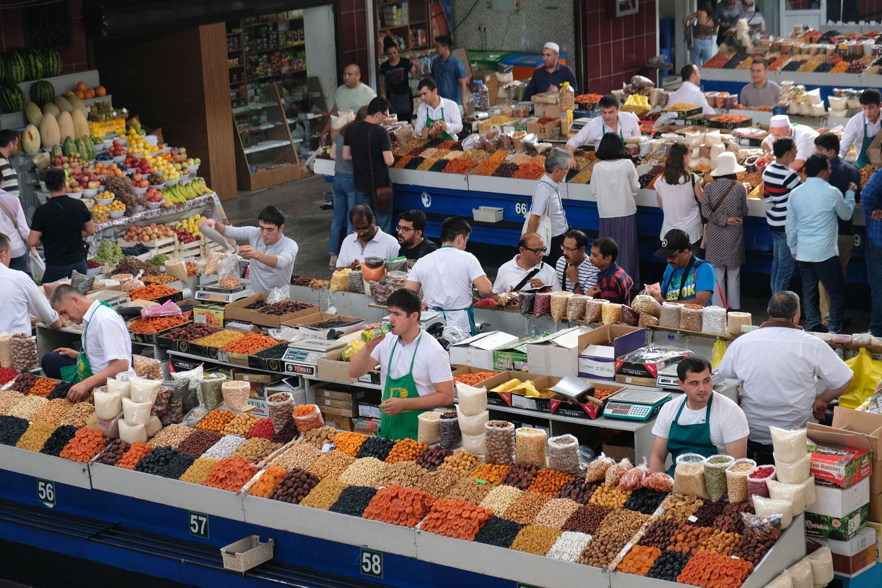 Marktstände auf dem Grünen Basar in Almaty bieten Trockenobst an.