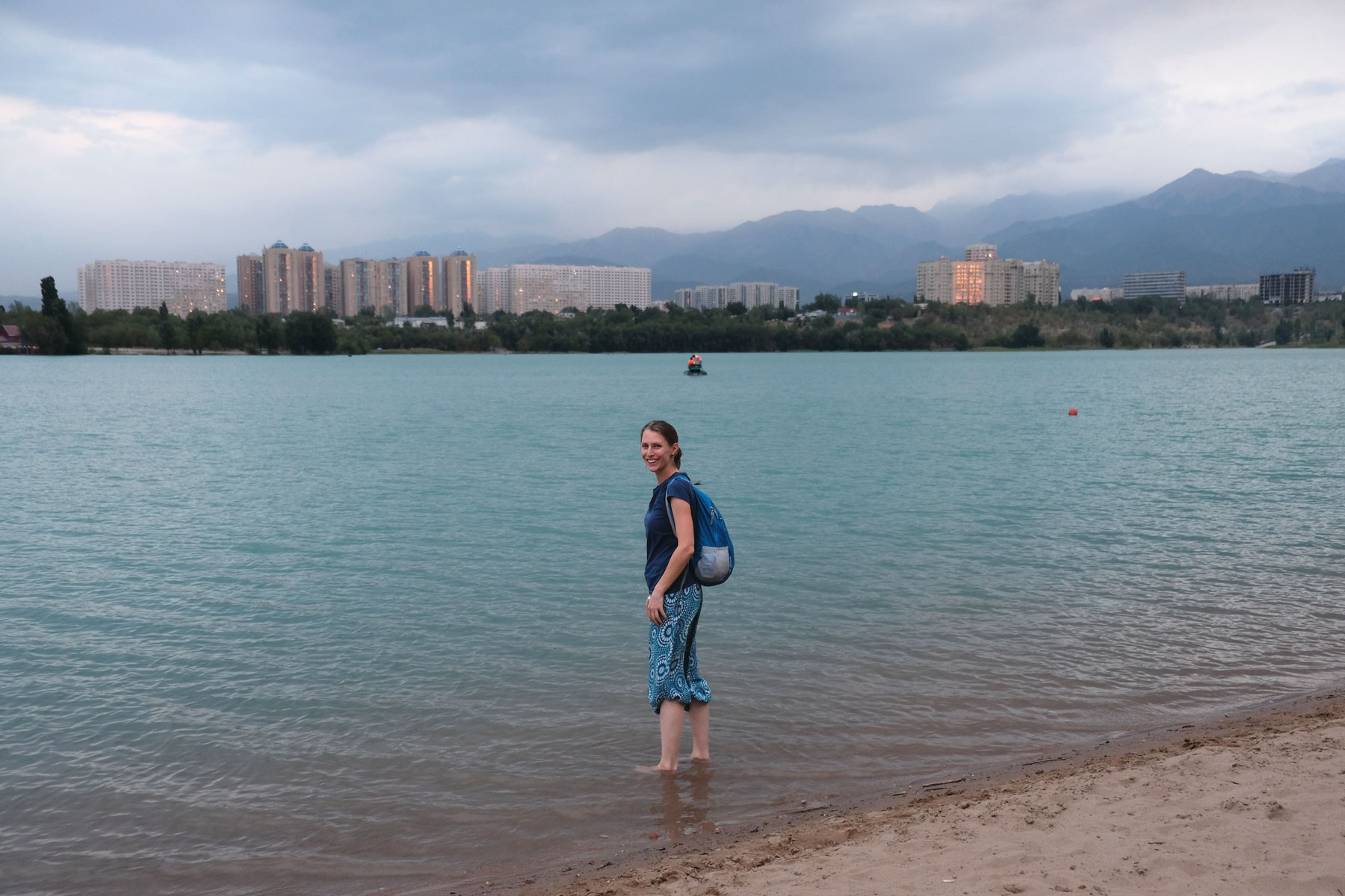 Leo watet in einem See in Almaty.