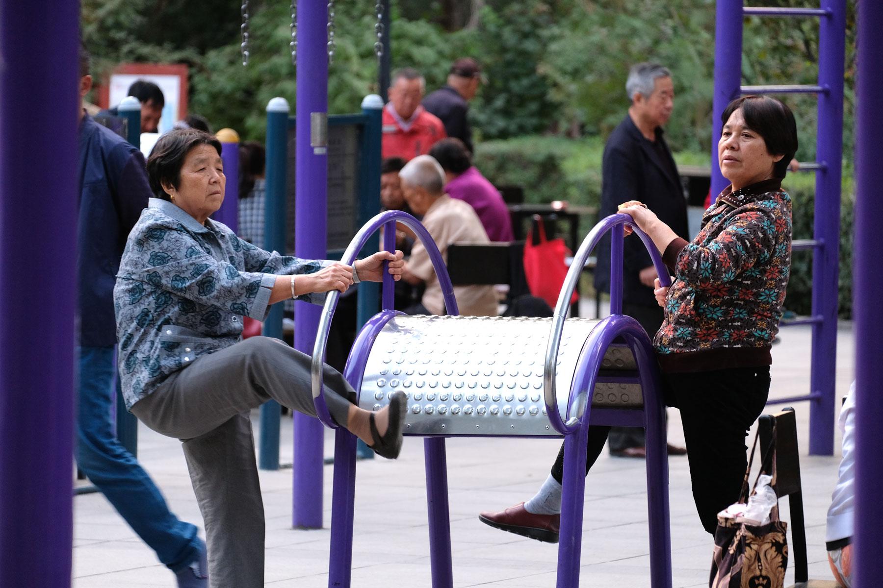 Der Park bietet alles: Sportgeräte für interessante Dehnübungen...