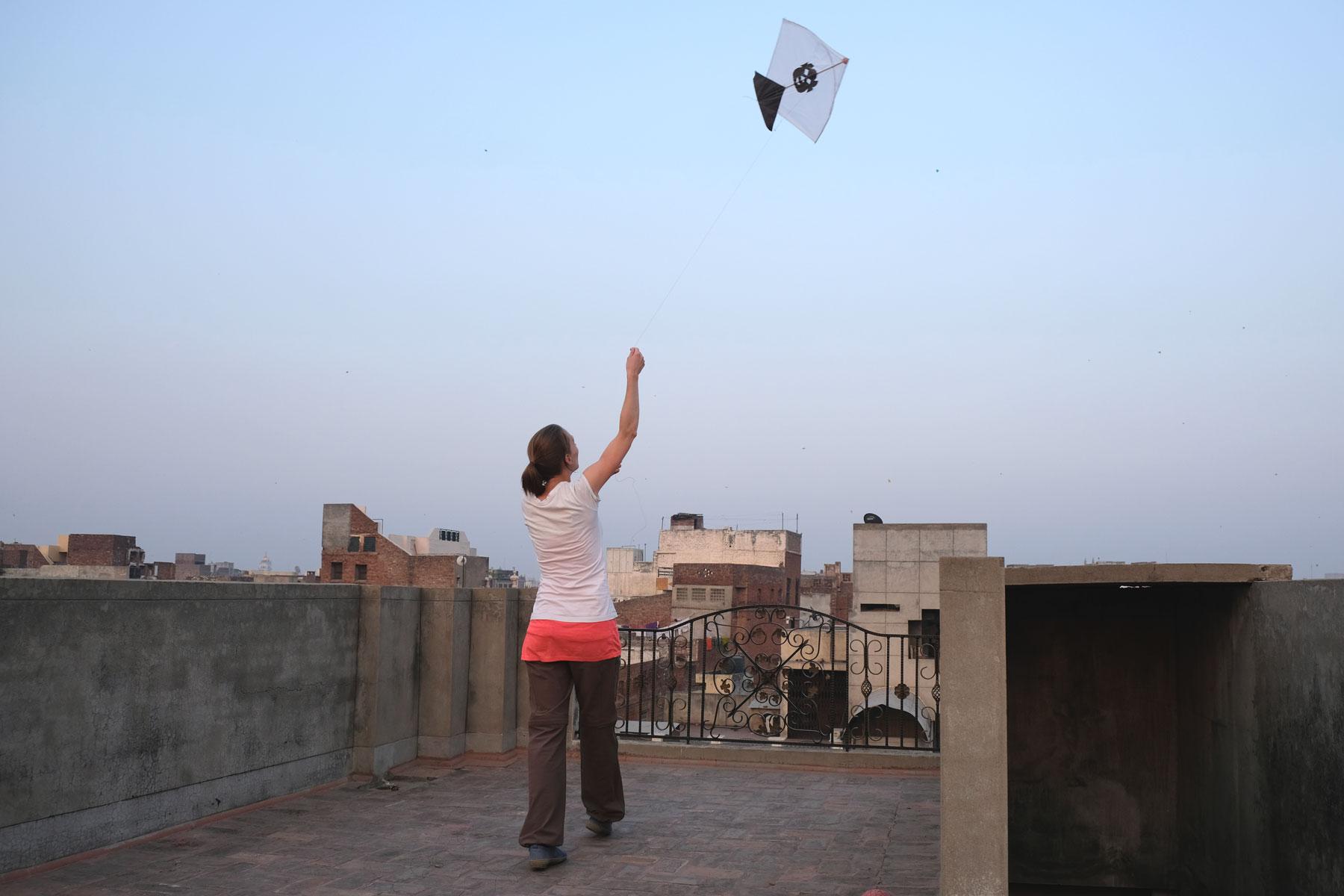 Leo lässt in Amritsar einen Drachen steigen.