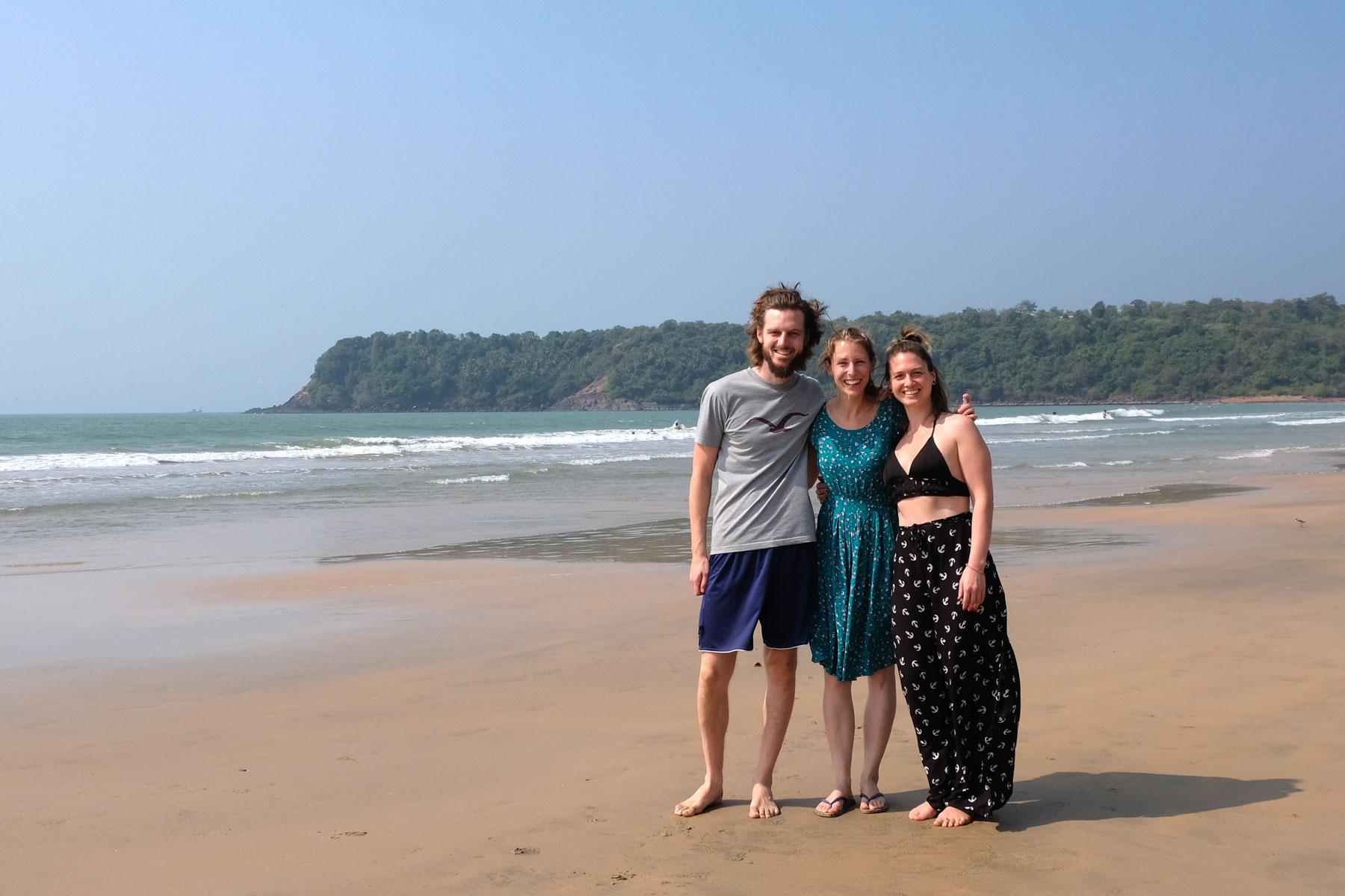 Sebastian und Leo mit Kathi am Strand in Agonda in Goa.