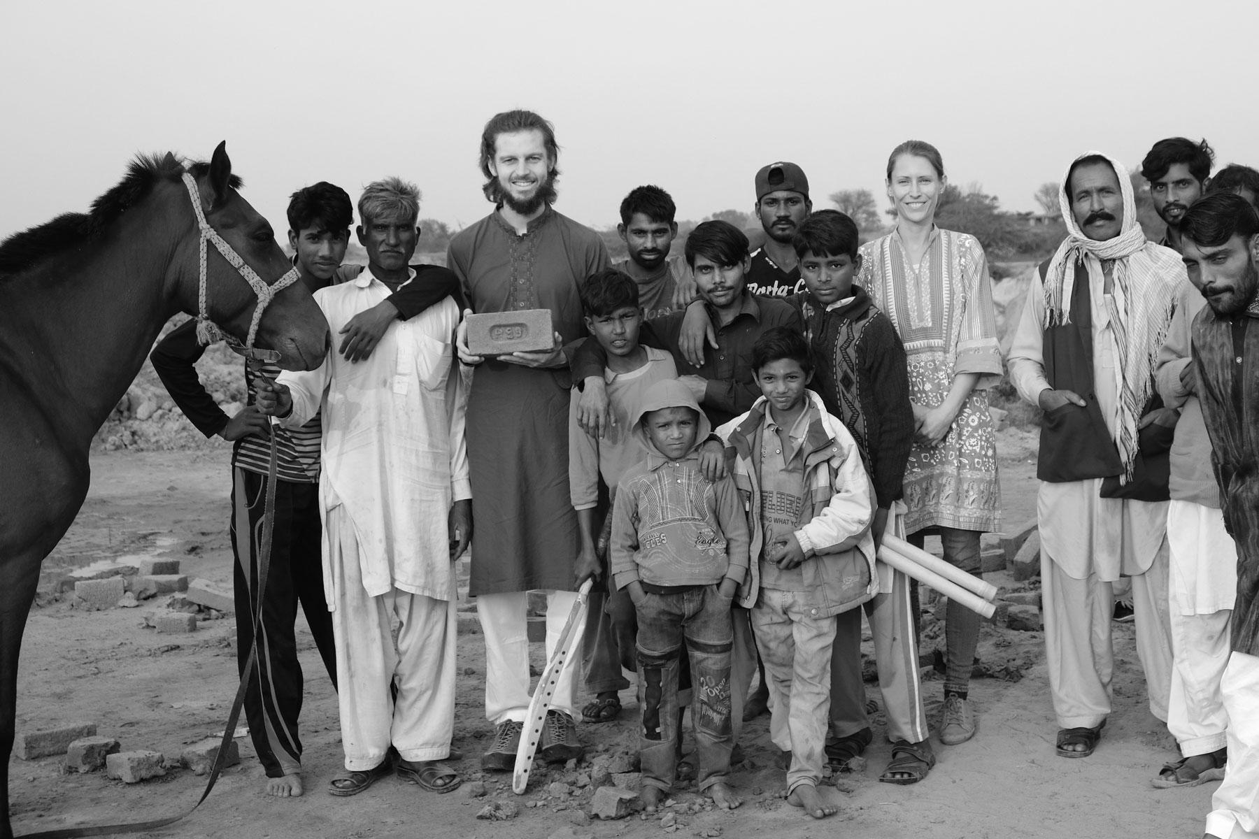 Sebastian und Leo mir Arbeitern einer Lehmziegelfabrik in Lahore.
