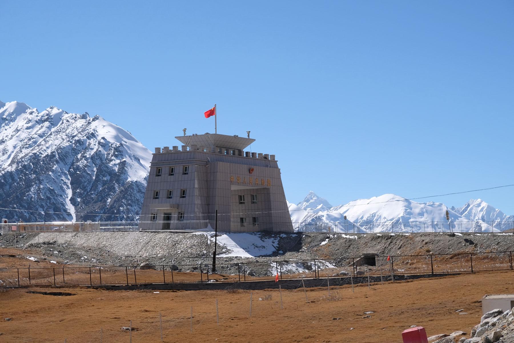 Der Khunjerab-Pass wird von einem massiven Gebäude markiert