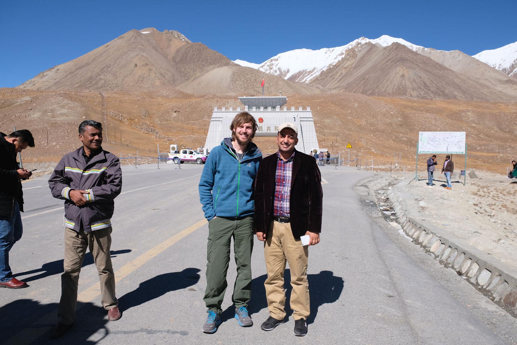 Auf dieser besonderen Fahrt lernen wir Sarfaraz Ali kennen, den wir tatsächlich einige Wochen später in einem kleinen Dörfchen in Nordostpakistan zufällig wiedertreffen werden!