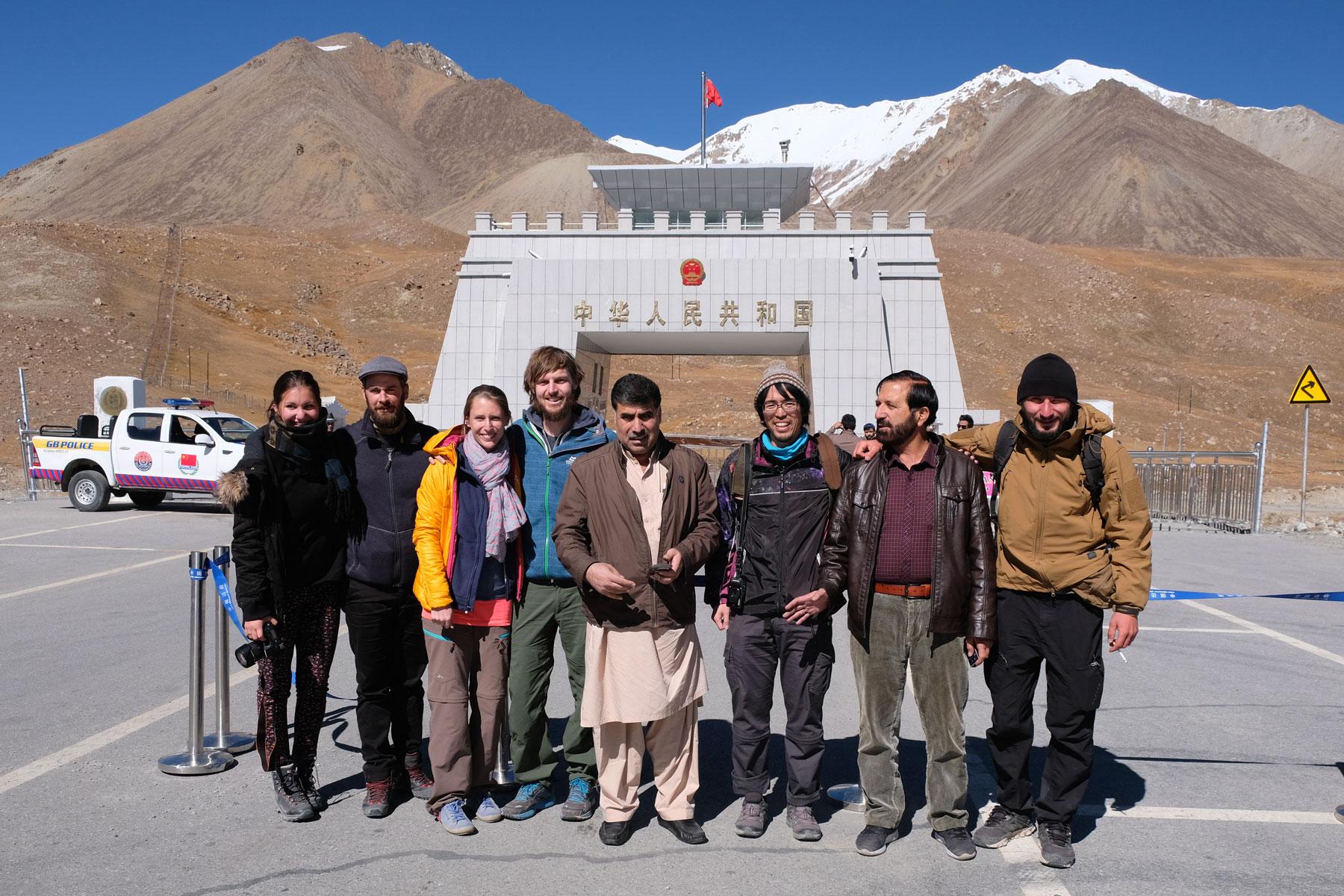 Angekommen in Pakistan! Ich hätte es morgens nicht für möglich gehalten, dass wir das an diesem 9. Oktober schaffen werden! Mit uns auf dem Bild sind Julia und Simon aus der Schweiz, Tomo aus Japan, Miro aus Polen und zwei nette Pakistaner, die auch gerne mit aufs Bild wollten :-)
