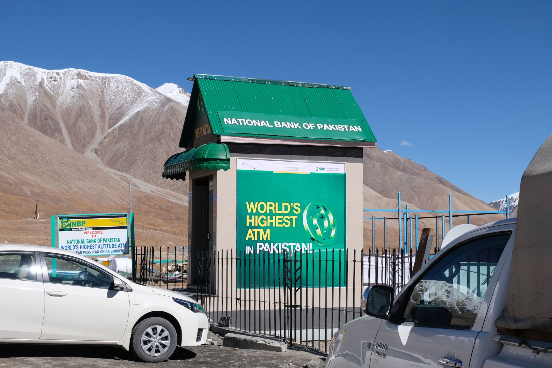 Wir passieren den welthöchsten Geldautomat, auf den die Pakistaner mächtig stolz sind