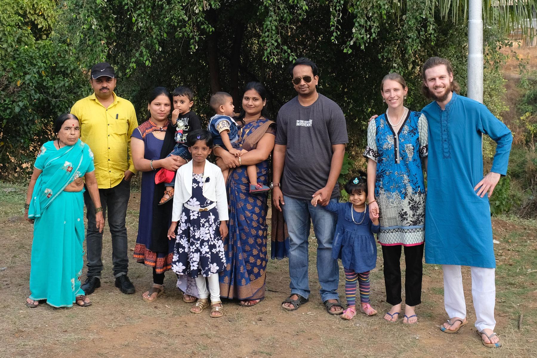 Leo und Sebastian mit einer indischen Familie und deren Freunden.