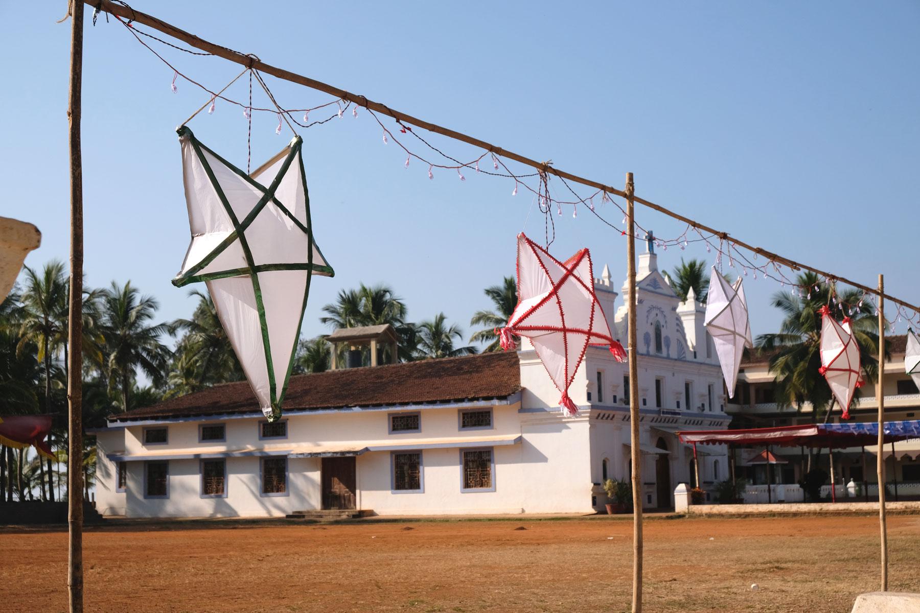 Lampions in Sternenform vor einer Kirche in Agonda in Goa.
