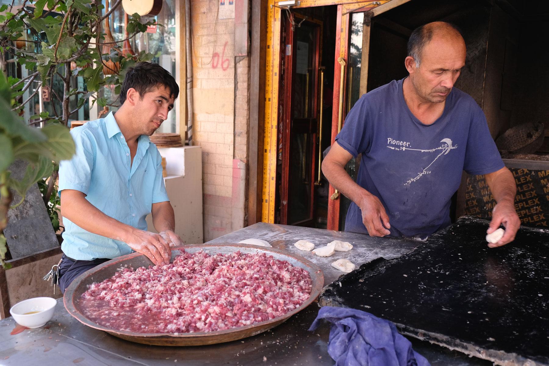 Ist die Mischung aus Fleisch, Speck und Zwiebeln fertig, ist es an der Zeit, die Teigtaschen zu befüllen