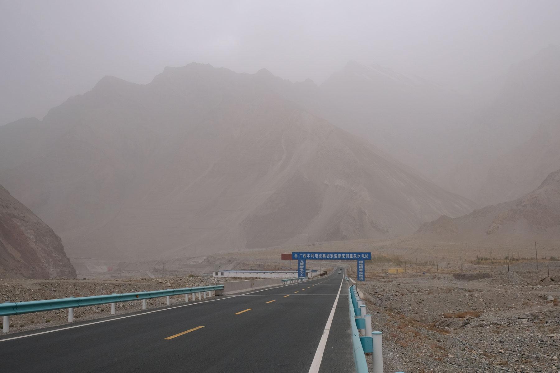 Endlich raus aus der Stadt! Bald schon haben wir solche Berge vor uns. Nur das Wetter ist leider etwas verhangen.