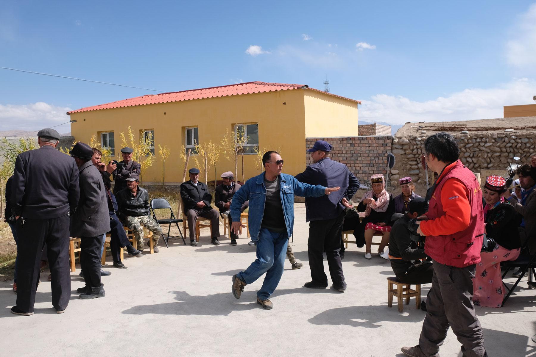 Im Hof tanzen die Männer...