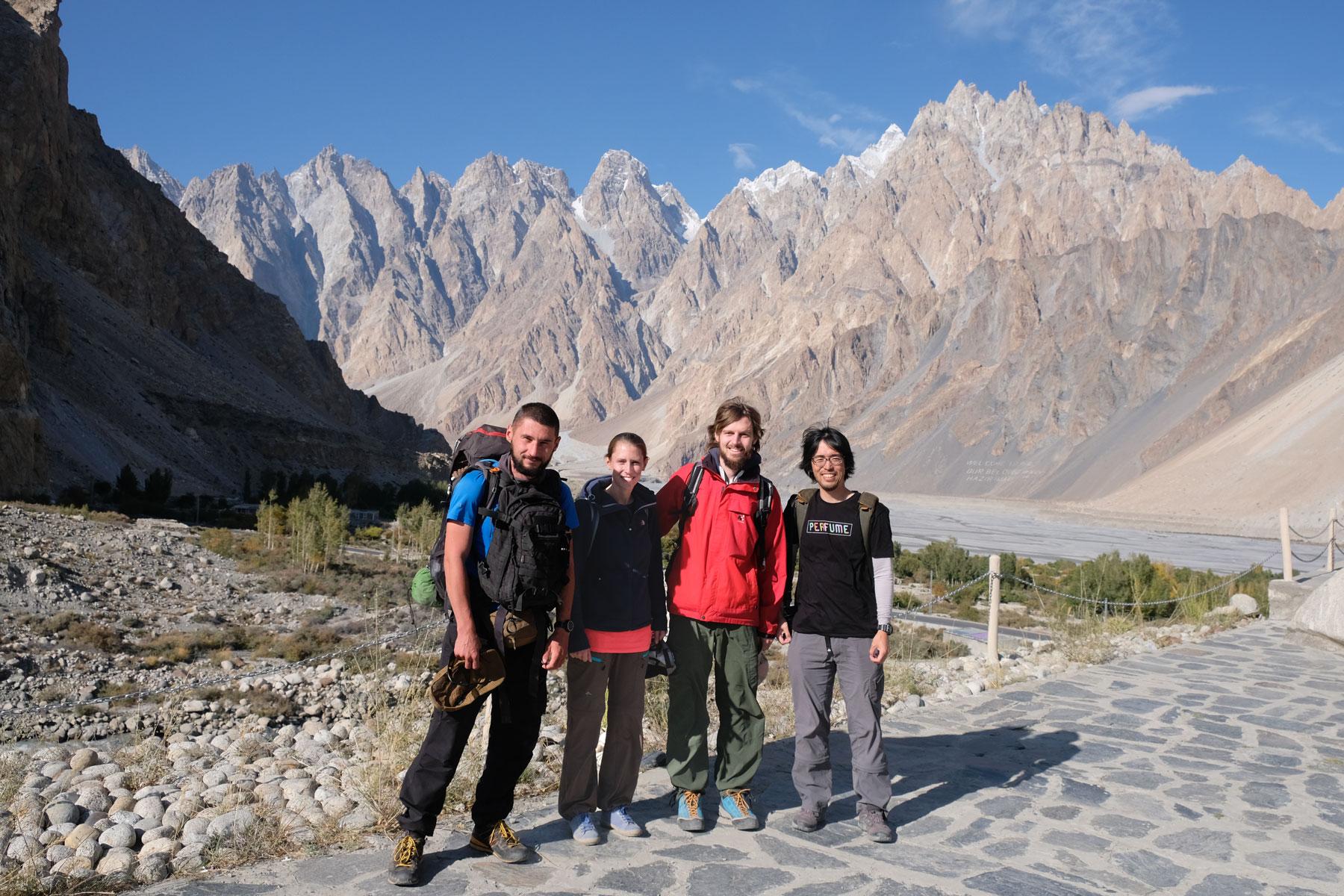 Sebastian und Leo mit zwei Mitreisenden im Karakorumgebirge.