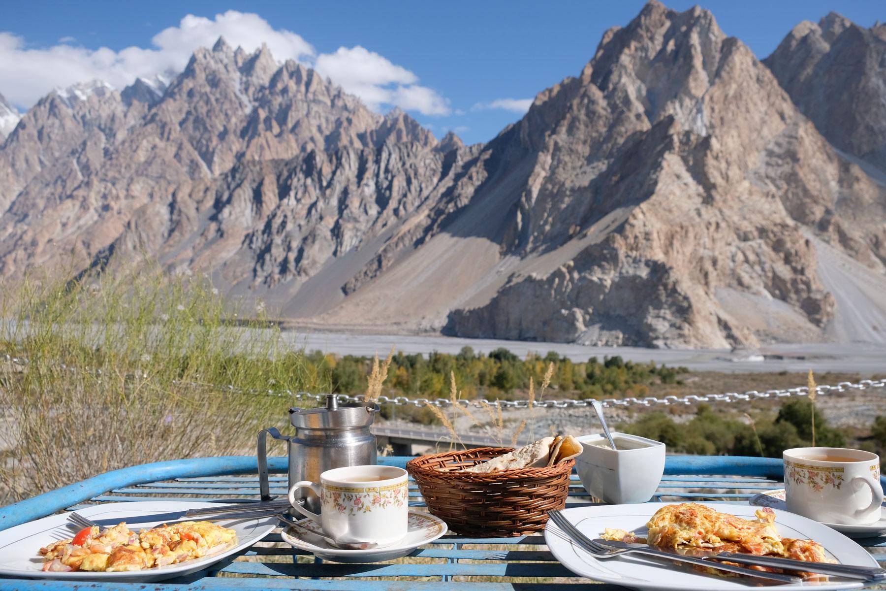 Frühstückstisch im Karakorumgebirge.