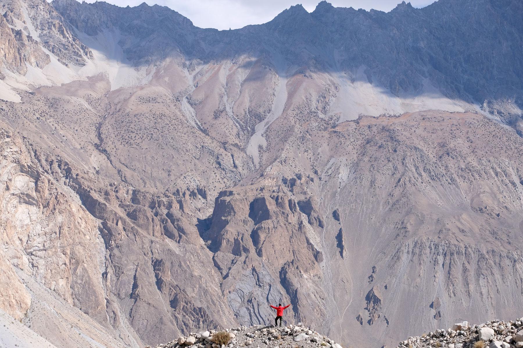 Sebastian vor einem riesigen Berg.