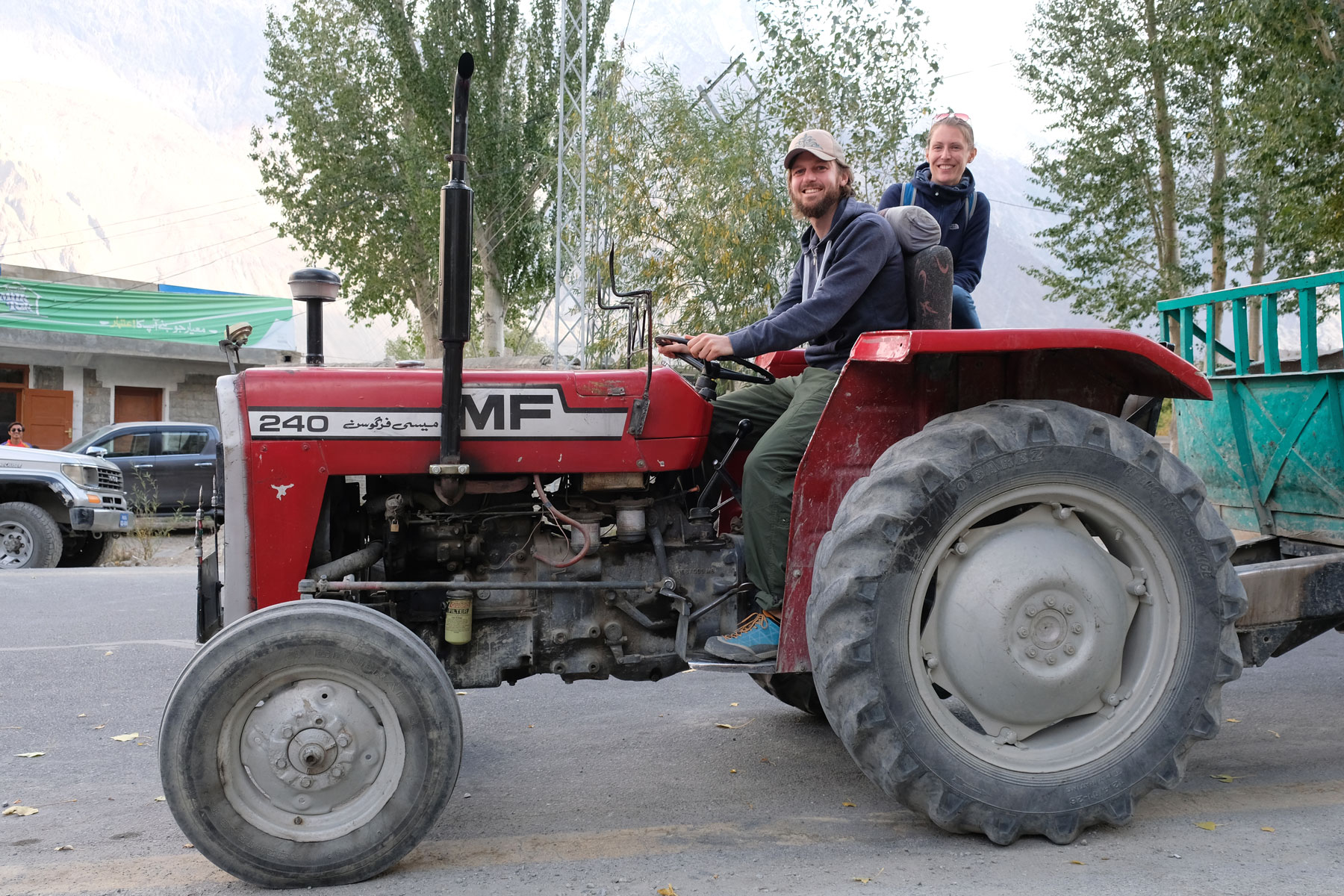 Sebastian und Leo sitzen auf einem Traktor.